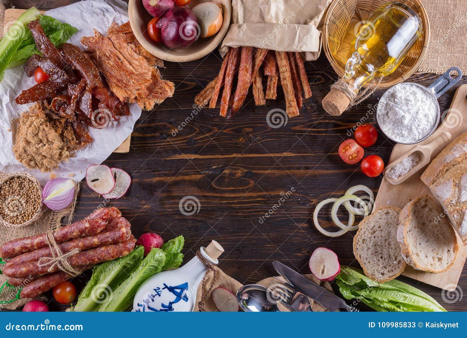 Chińska kiełbasa i Utłuczona wieprzowina jerky dla kucharza na drewnianym plecy