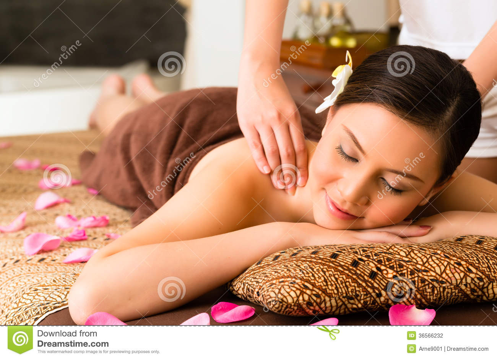 Chińska kobieta przy wellness masażem z istotnymi olejami