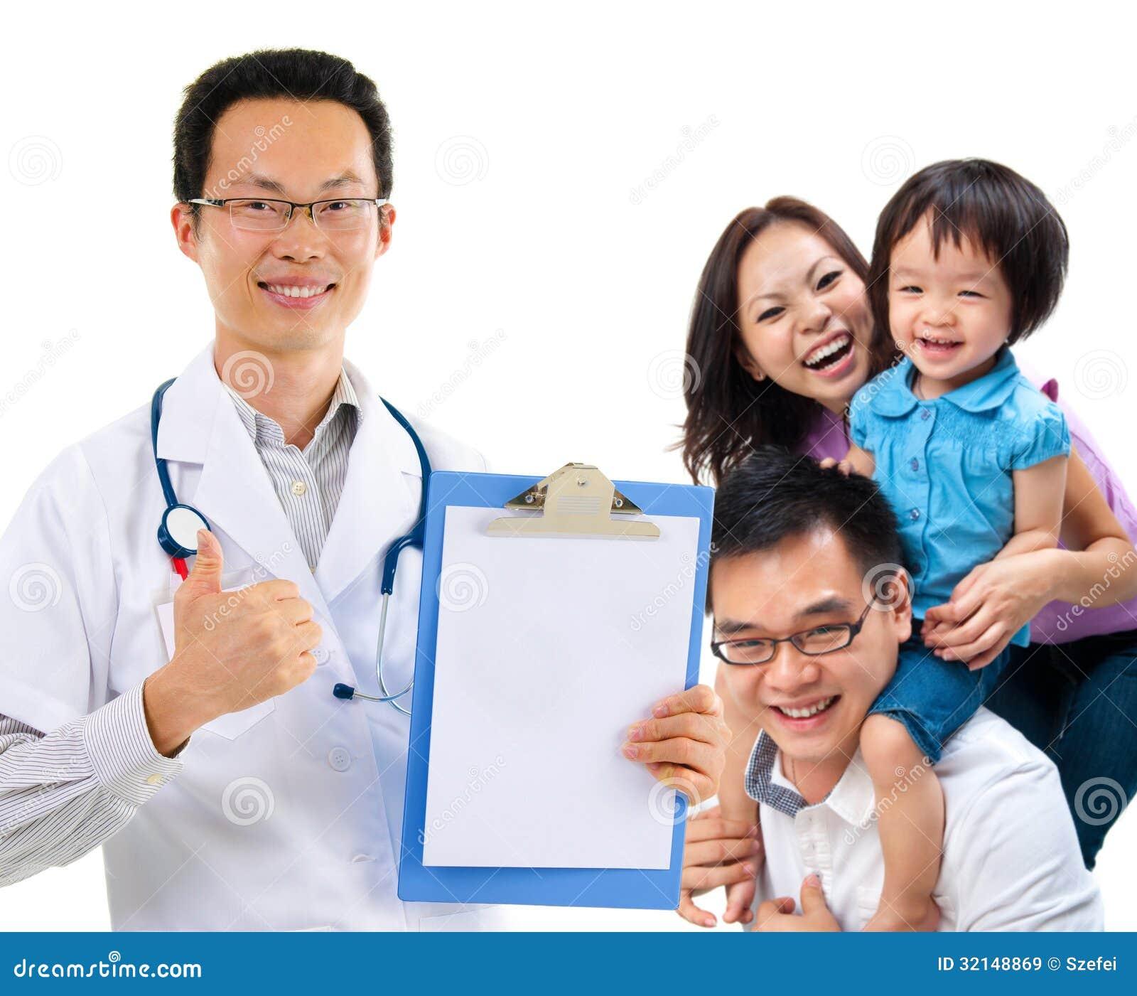 Chiński męski lekarz medycyny i potomstwo pacjenta rodzina