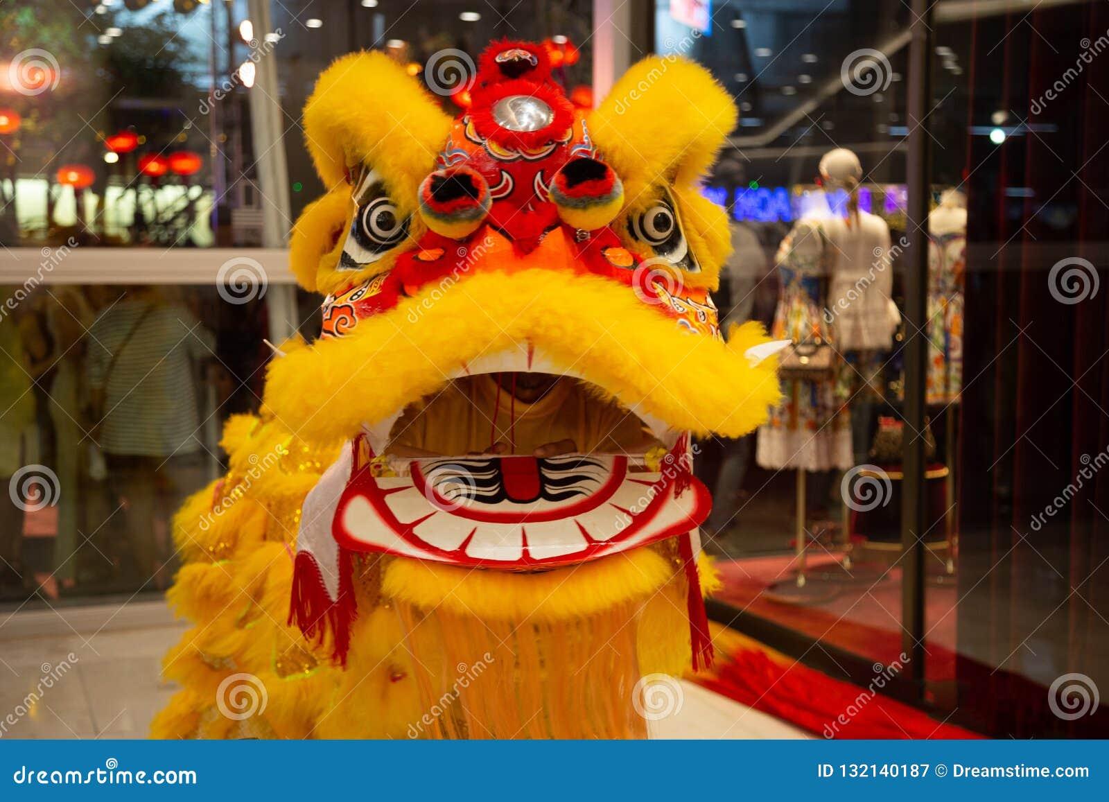 Chiński nowego roku lwa taniec w żółtym kostiumu z usta otwartym