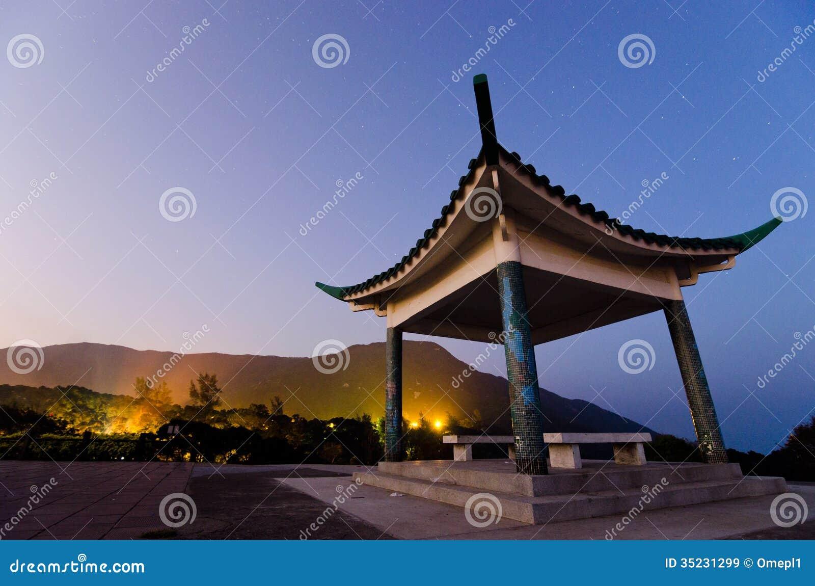 Chiński pawilon przy nocą