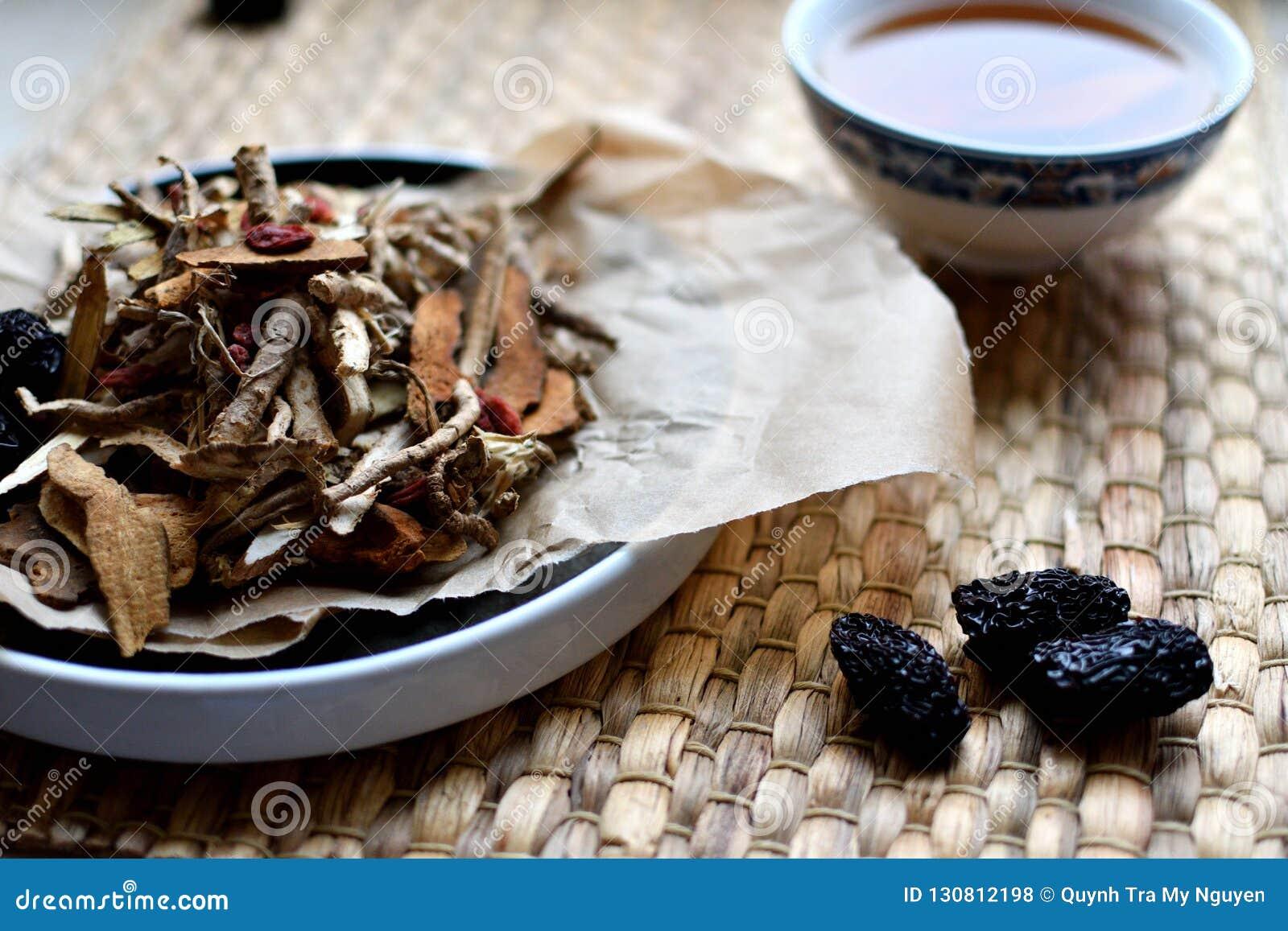 Chiński tradycyjnej medycyny pismo Ziołowa herbata z jujubami, goji jagodami, gingseng korzeniami i inny na pergaminowym papierze
