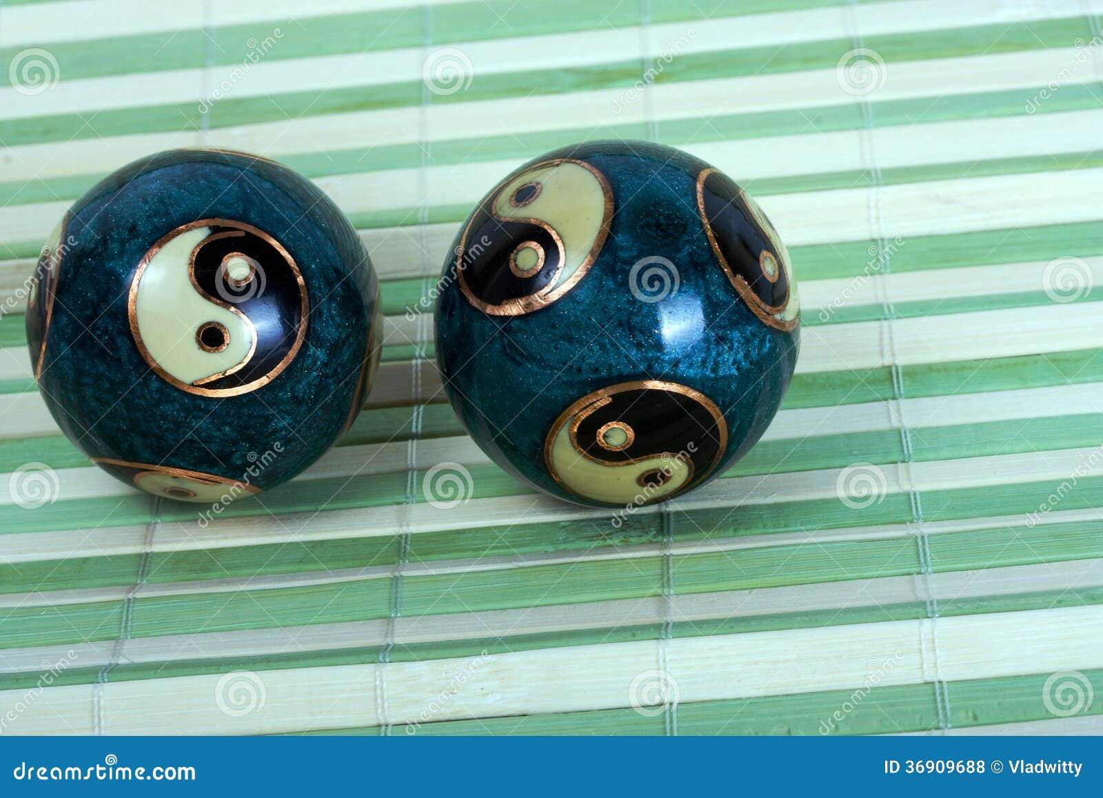 Chińskie piłki dla relaksu na bambusowym tle