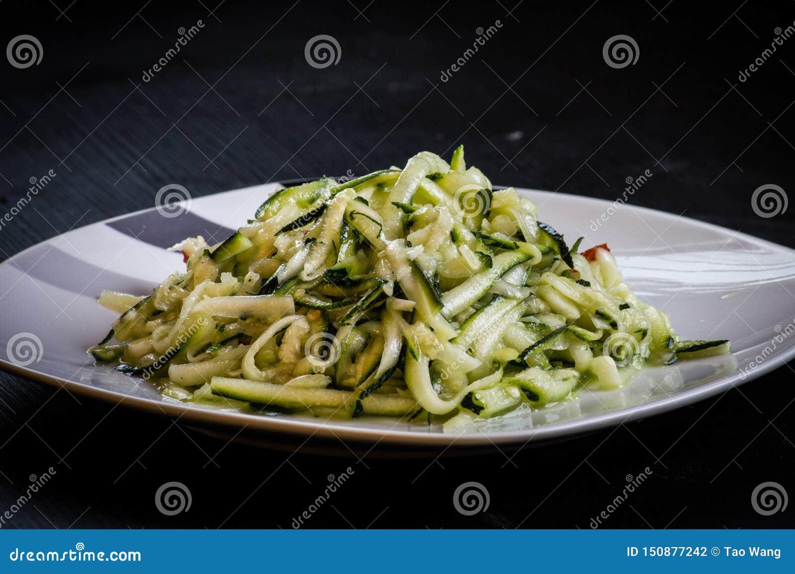 Chińskiego stylu danie główne zucchini odizolowywał czarnego tło