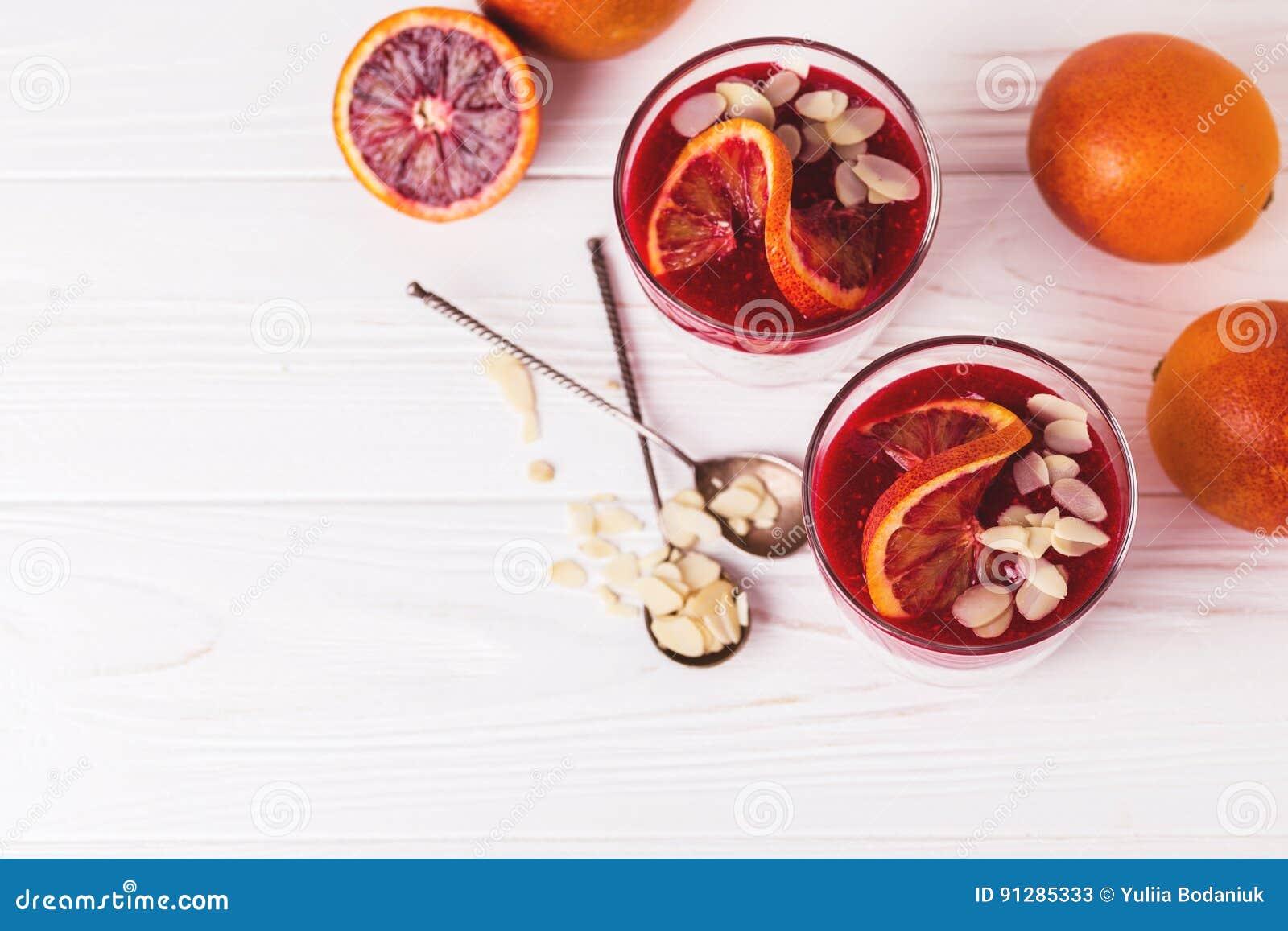 Chia pudding med den nytt blodigt apelsinen och driftstopp