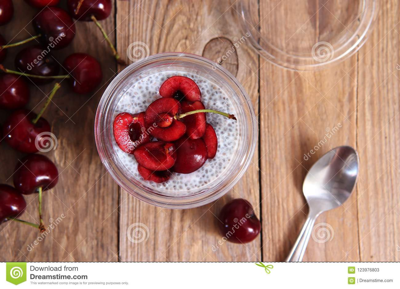Chia-Pudding mit Kirschen