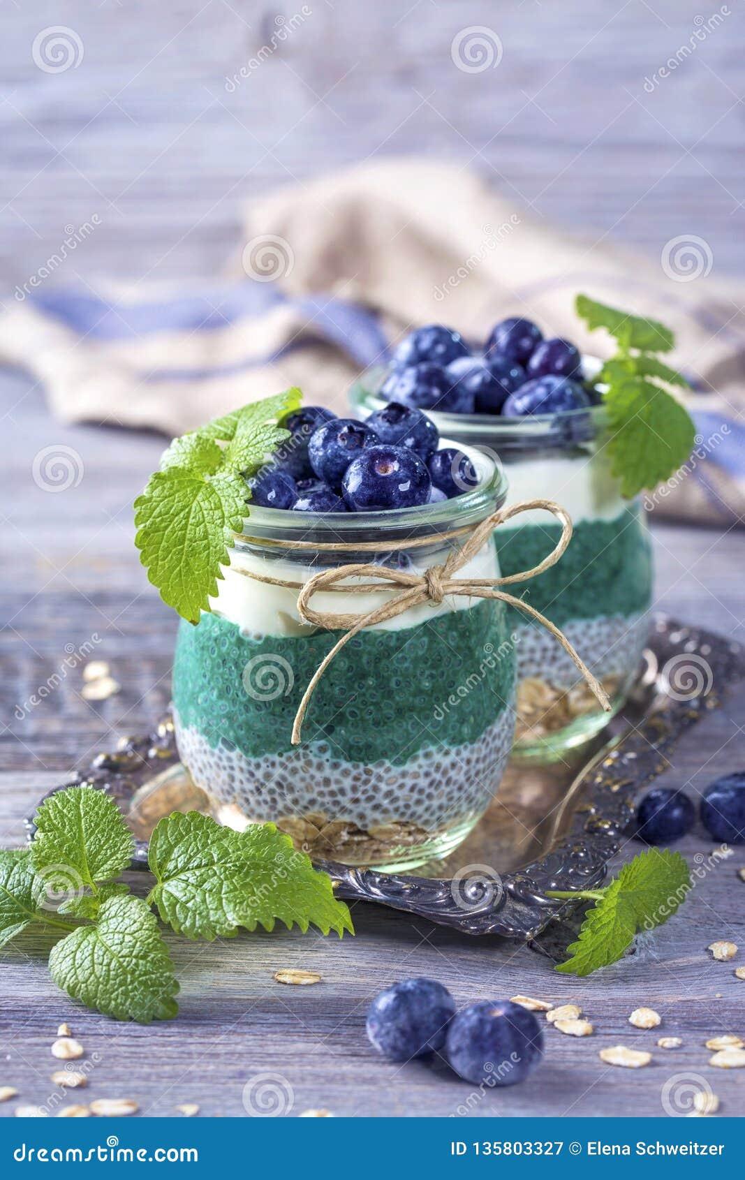Chia seeds with spirulina pudding