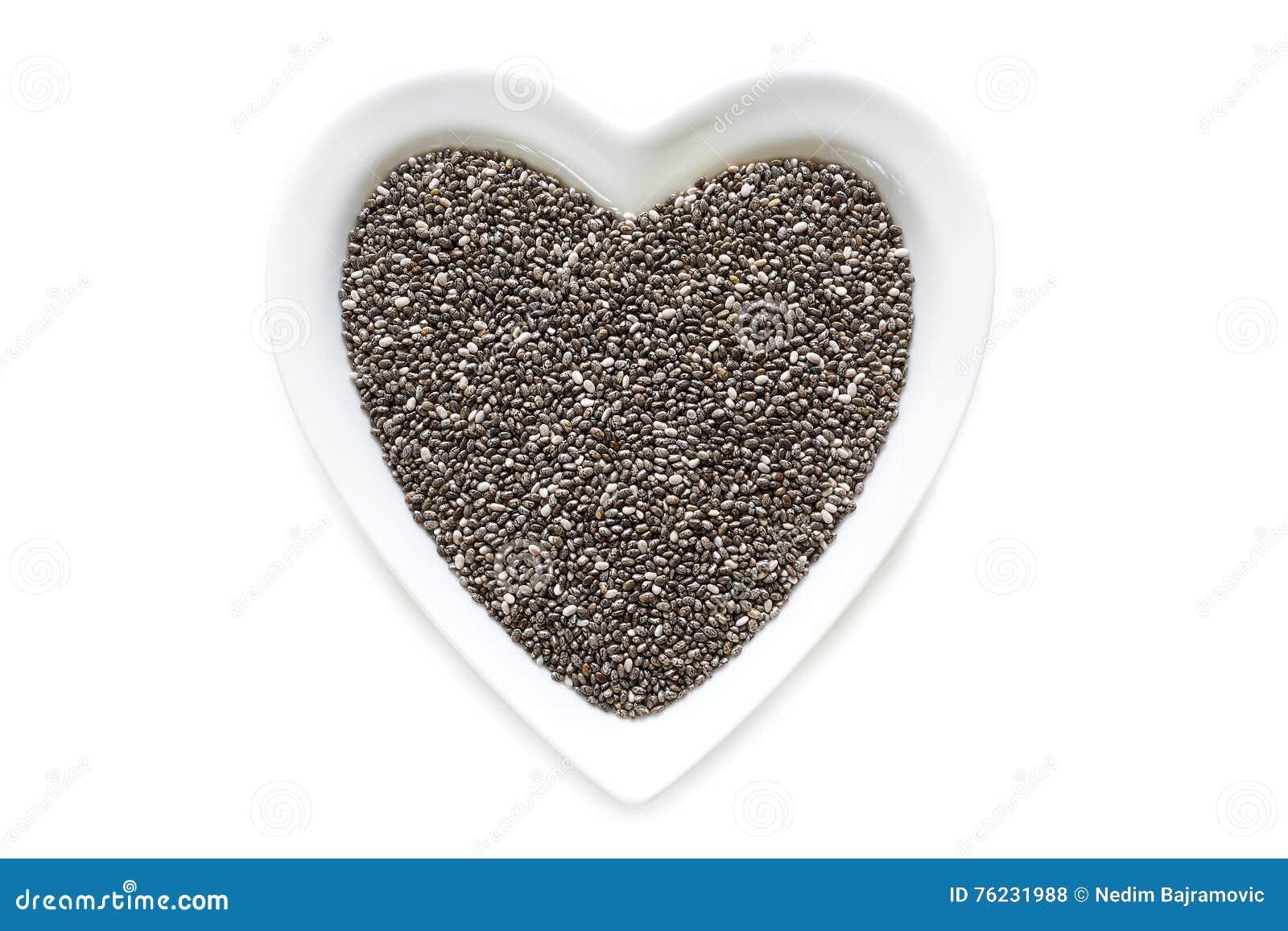 Chia ziarna w serce kształtnym ceramicznym pucharze
