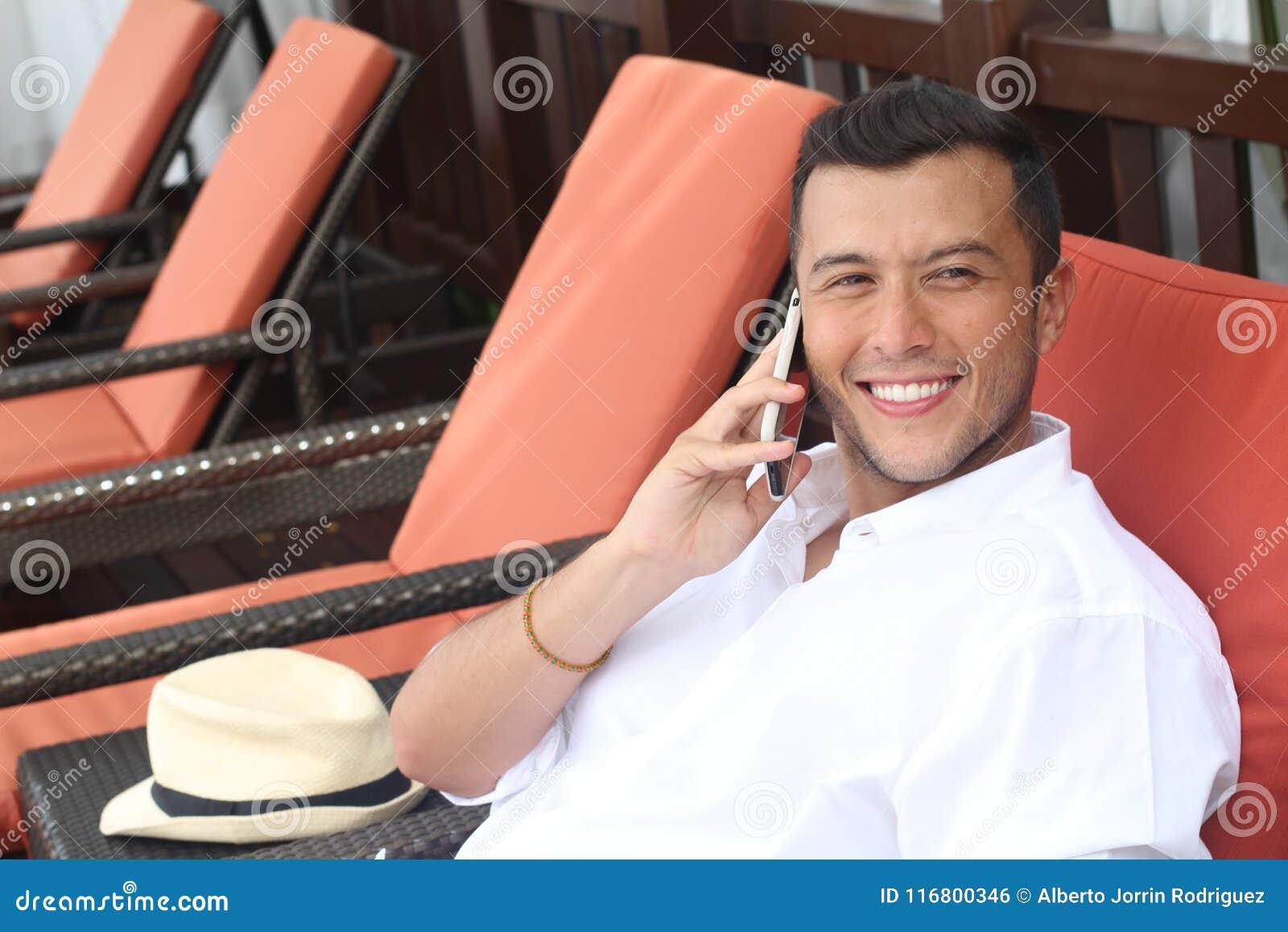 Chiamata maschio etnica spensierata mentre mettendo su un amaca