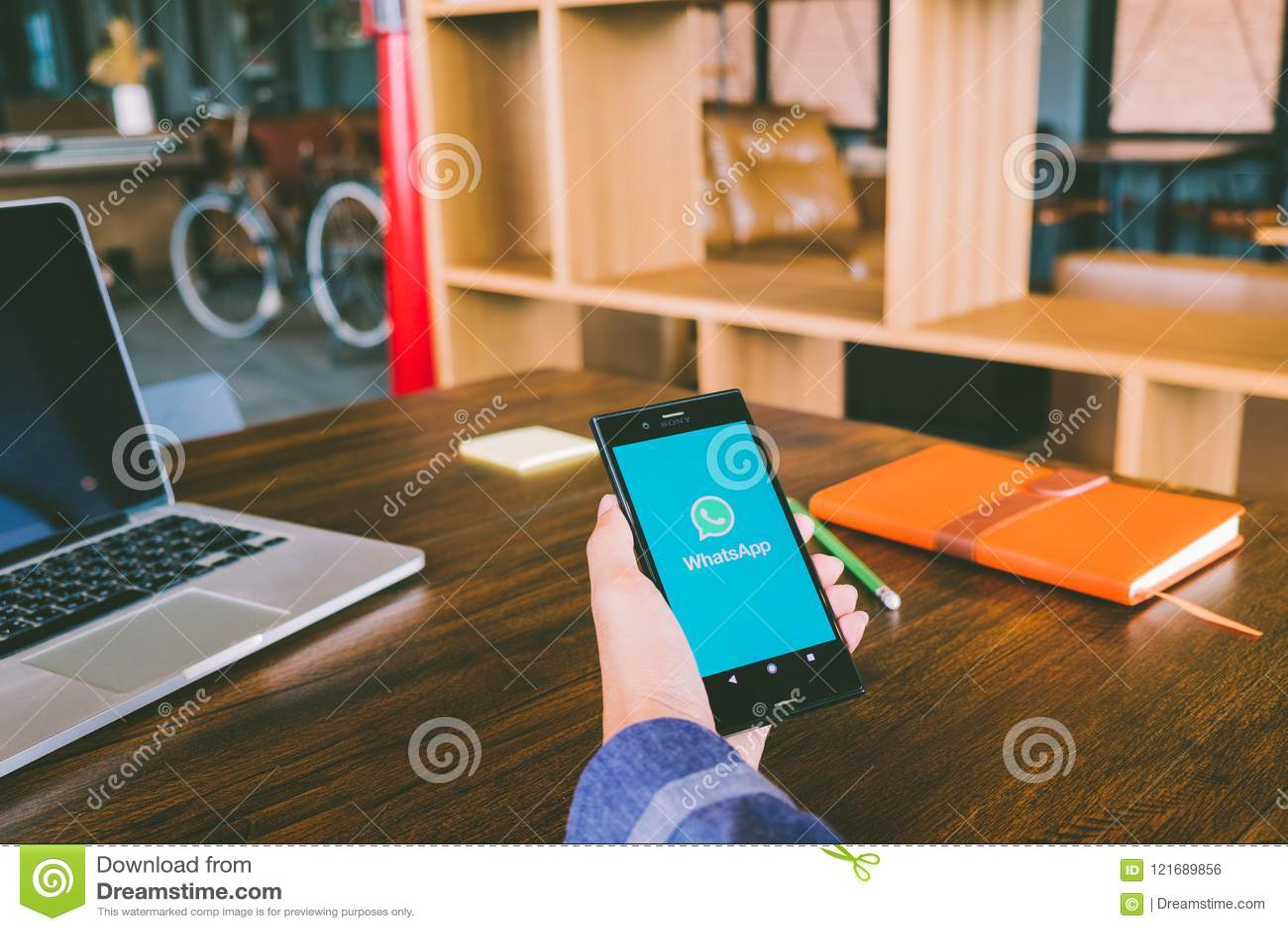 CHIANG MAI, ΤΑΪΛΆΝΔΗΣ - 7.2018 Ιουλίου: Το άτομο κρατά την κινητή τηλεφωνική χρησιμοποίηση