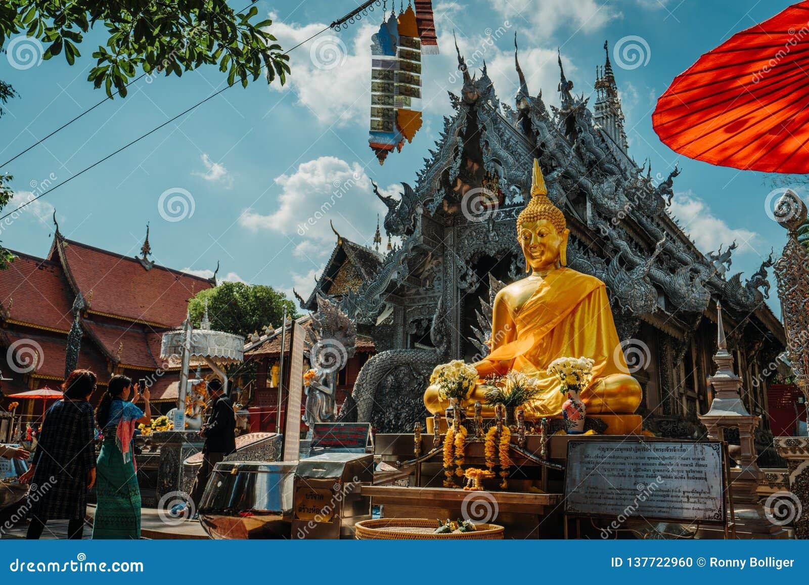 Chiang Mai, Ταϊλάνδη, 12 16 18: Έξω από τον ασημένιο ναό Γωνία που πυροβολείται ευρεία του τοπίου Χρυσές και ασημένιες διακοσμήσε