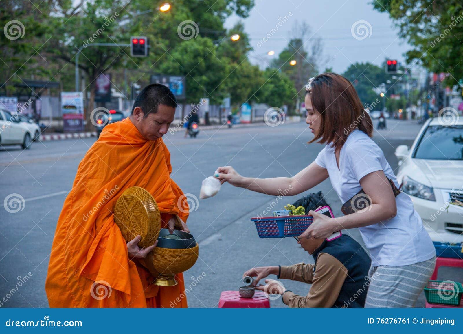 Chiang Mai, aumône de matin de la Thaïlande