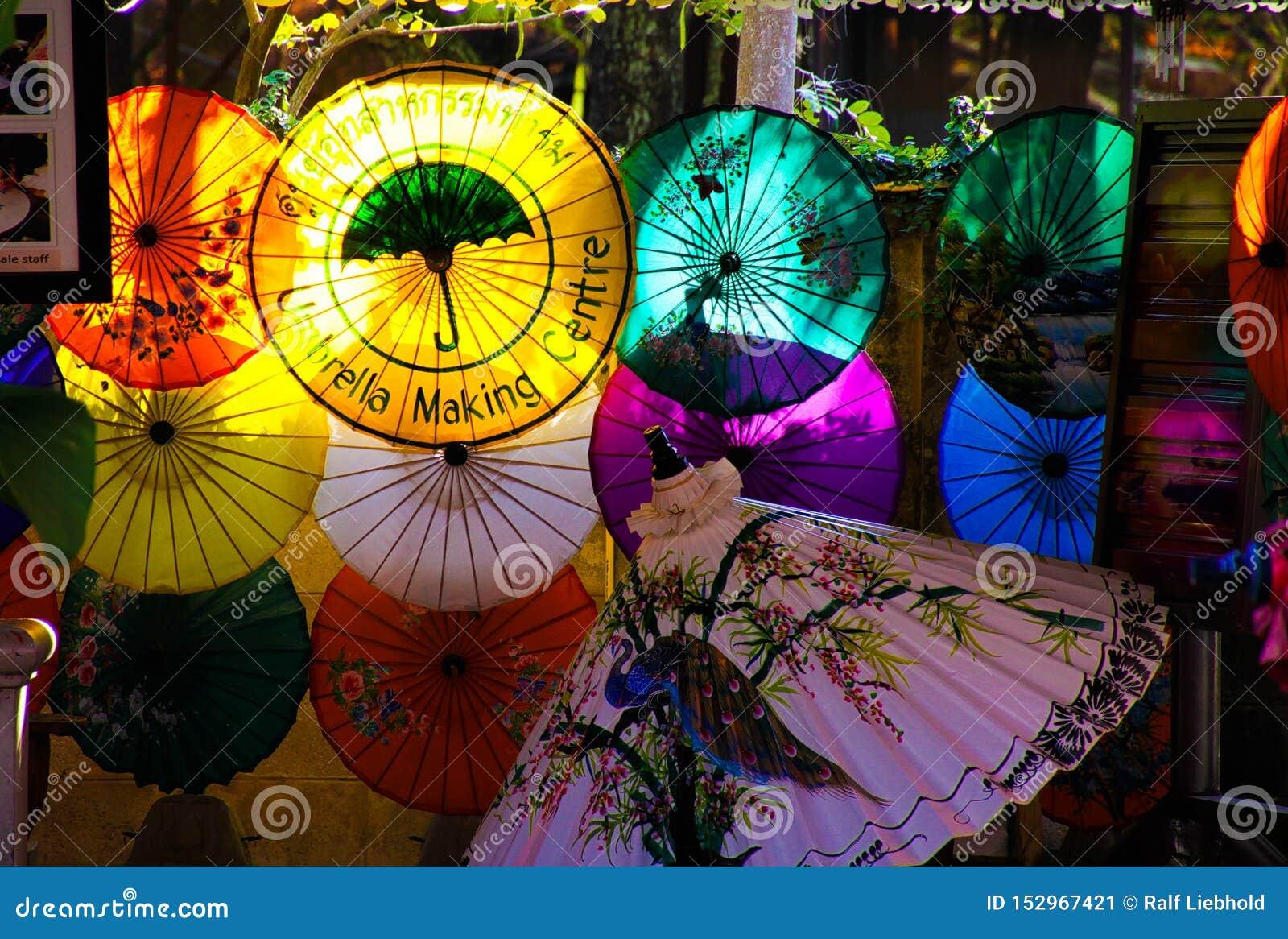 CHIANG MAI BO ŚPIEWAŁ, TAJLANDIA, GRUDZIEŃ - 15 2018: Fabryka dla ręcznie robiony bambusowych i papierowych parasoli jarzy się w