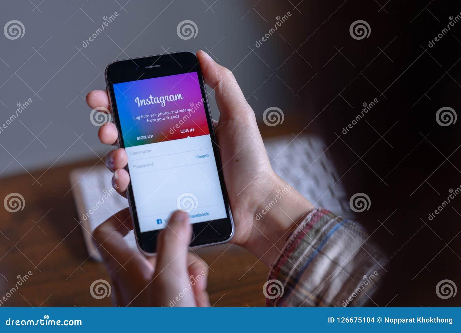 CHIANG MAI, TAILÂNDIA - junho 30,2018: Equipe as mãos que guardam o iPhone com aplicação de Instagram na tela Instagram é um onl
