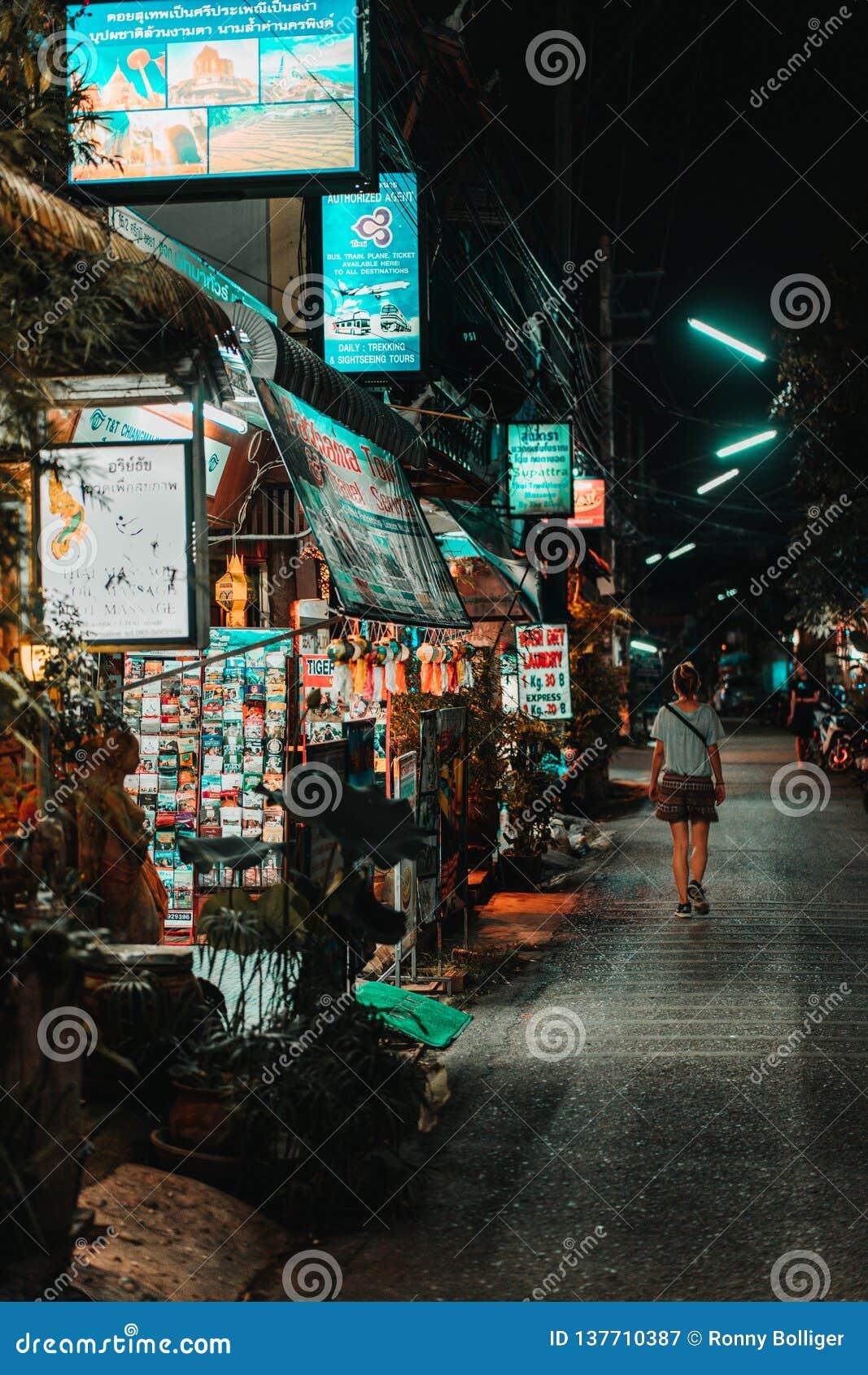 Chiang Mai, Tailandia, 12 16 18: Ragazza dei pantaloni a vita bassa che cammina da solo nelle vie Alcuni commerci sono ancora ape
