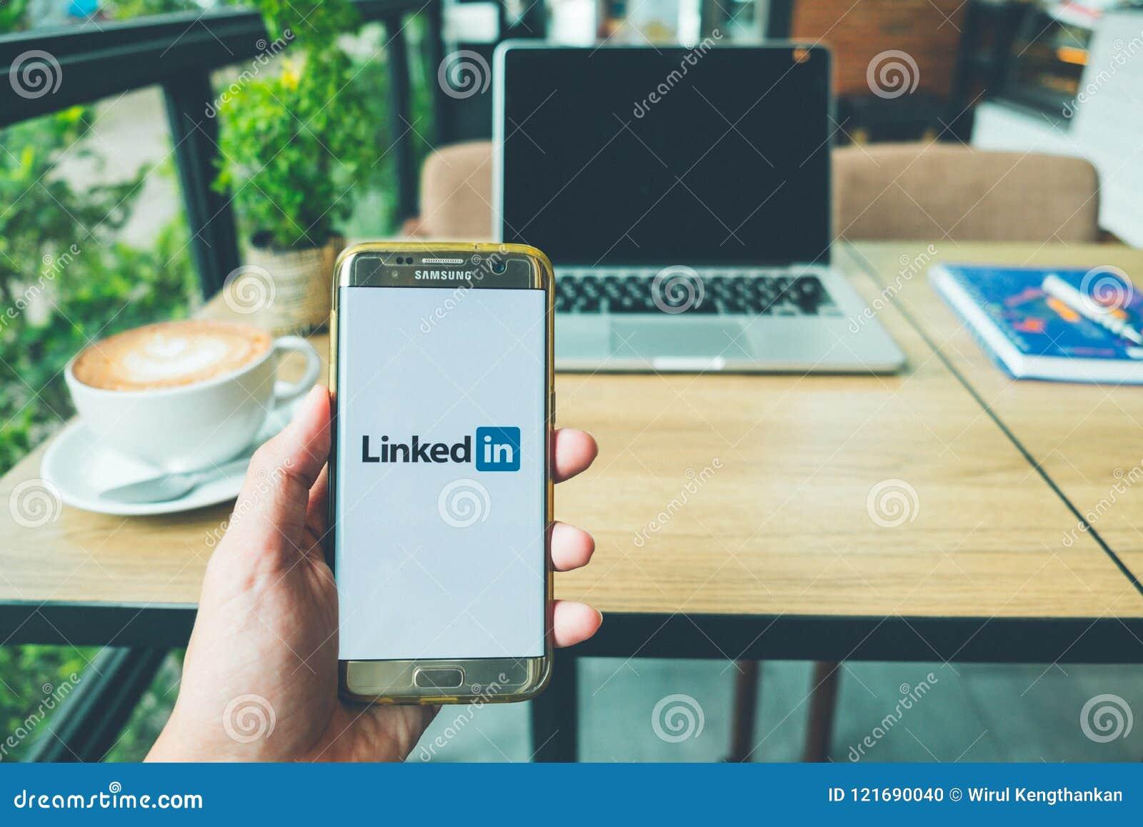 CHIANG MAI TAJLANDIA, Czerwiec, - 26,2018: Mężczyzna trzyma Samsung galaktykę