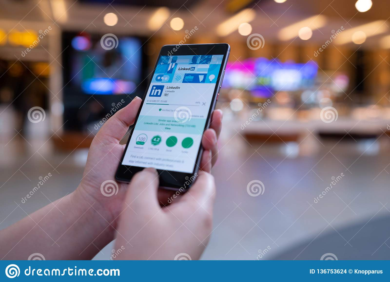 CHIANG MAI TAJLANDIA, Sierpień, - 03,2018: Kobieta trzyma HUAWEI telefon komórkowego z Linkedin zastosowaniem na ekranie Linkedin