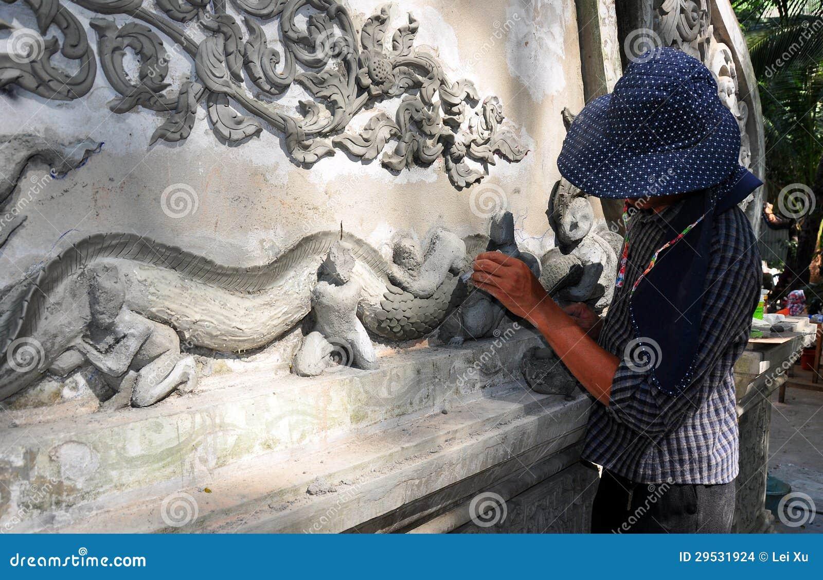 Chiang Mai, TH: Artesão que cria o dragão da parede