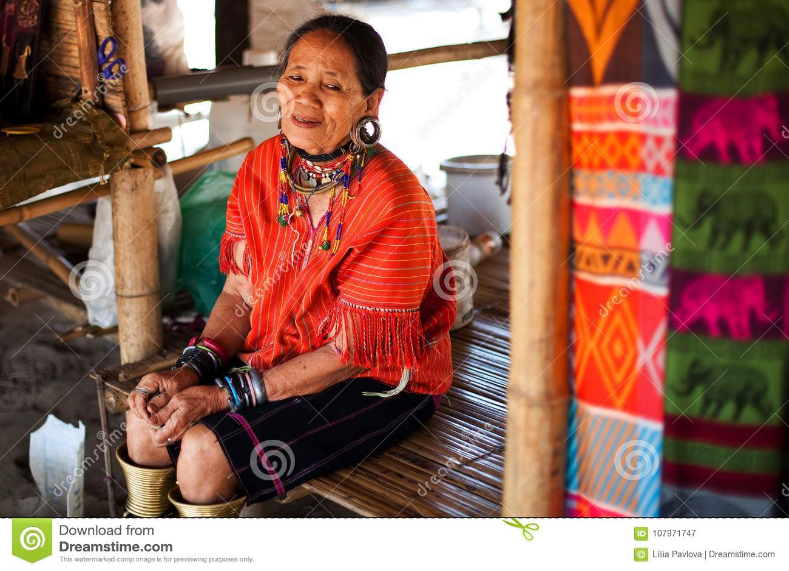 Chiang Mai, Thailand - 22. April 2015: Das Dorf von langhalsigen Frauen Hilltribe-Dörfer