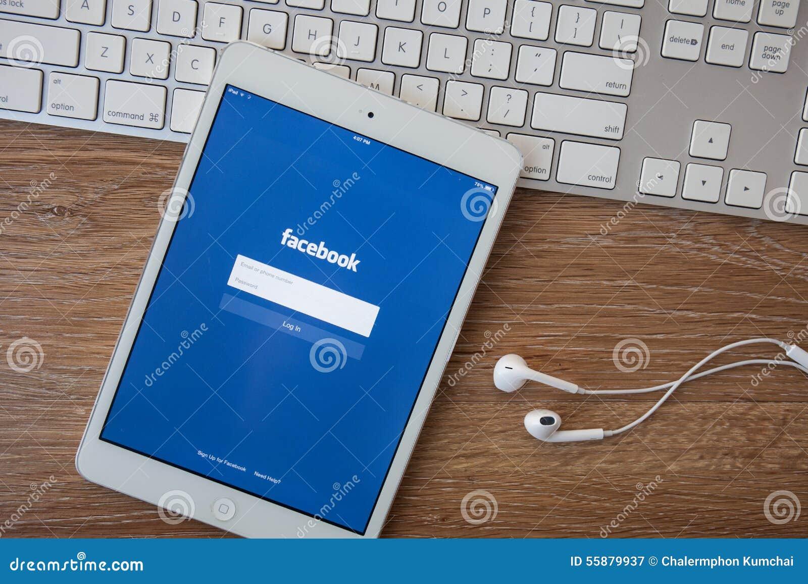 CHIANG MAI, THAILAND - Februari 8, 2014: Facebook-toepassingsteken in pagina op Apple iPad Facebook is grootste en populairste So