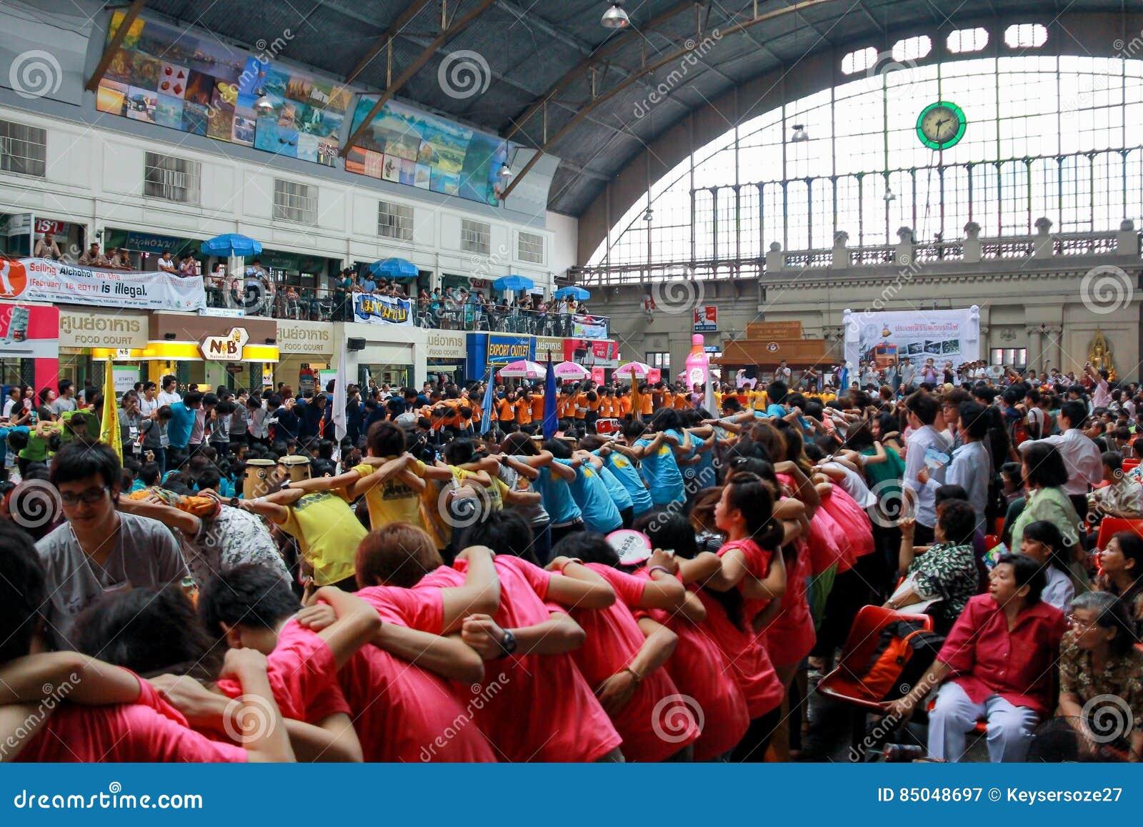 Chiang Mai University Students Cheering en los estudiantes de primer año que acogen con satisfacción el Ce