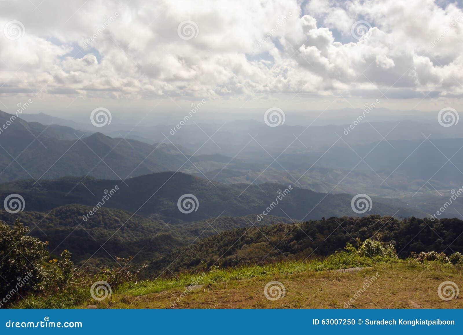 泰国山�^_chiangmai泰国草,山和多云天空景色