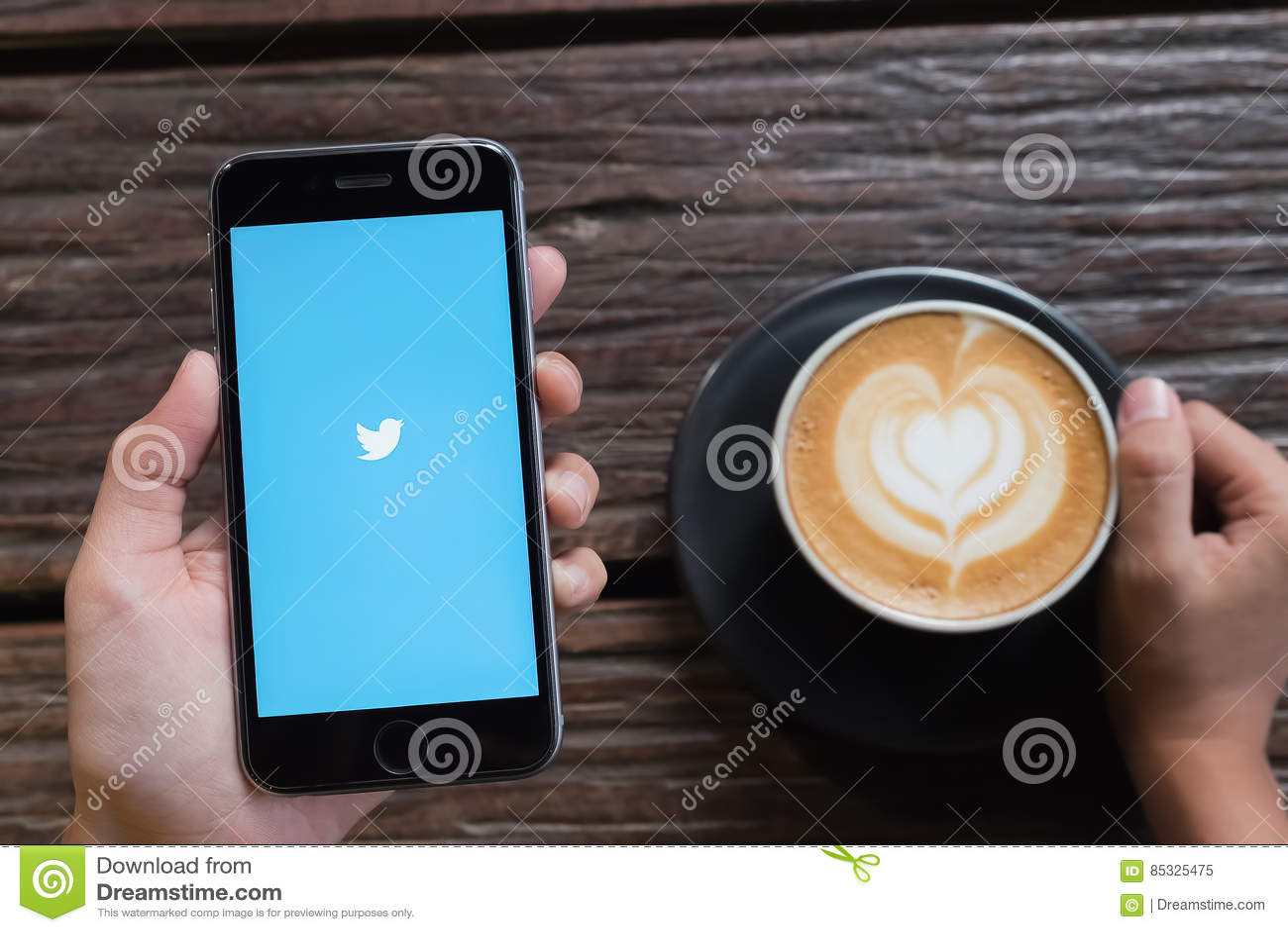 CHIANGMAI, TAILANDIA - OCT 24,2016: Iphone 6s abre Twitter app twit