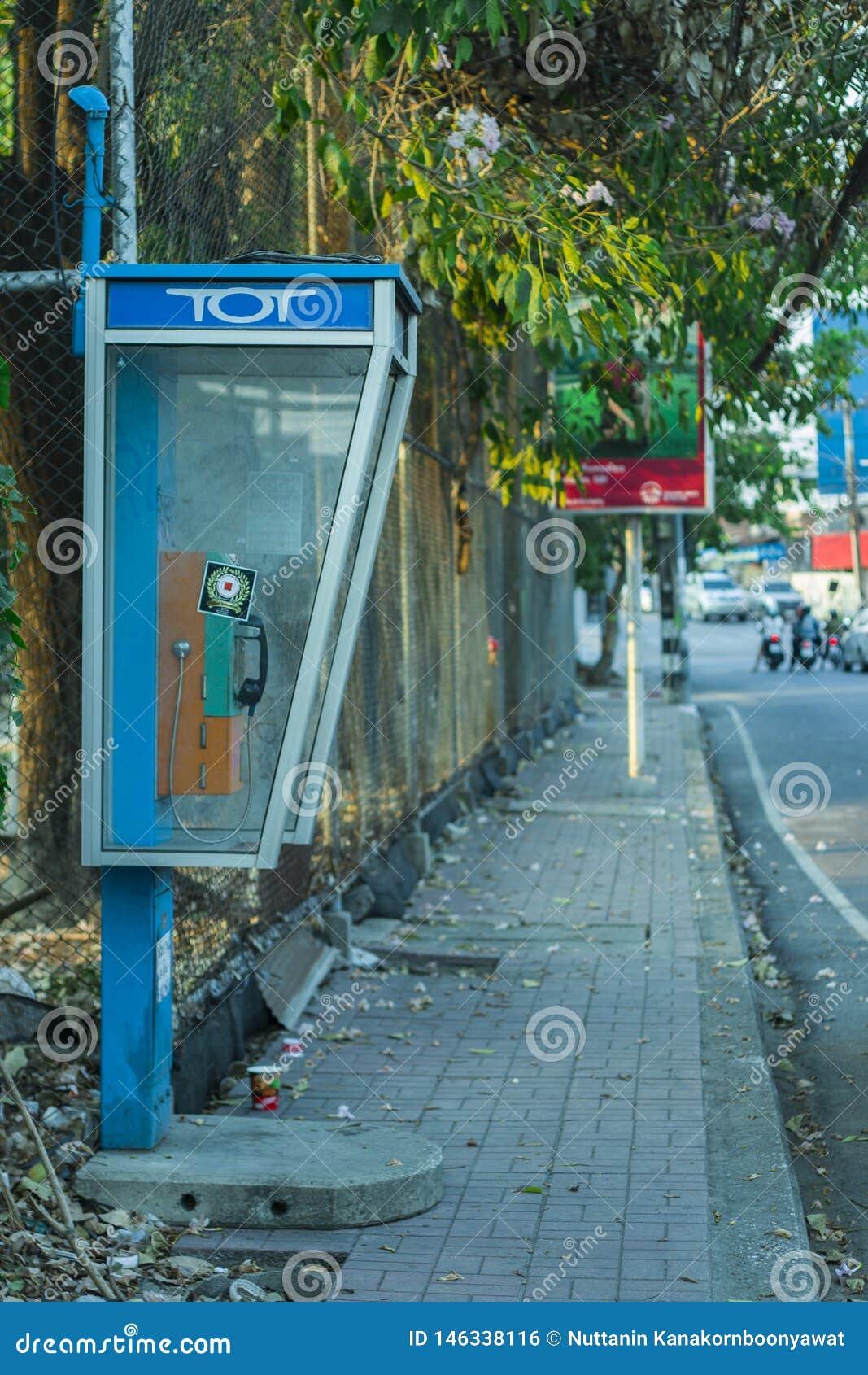 CHIANGMAI, THAILAND-APRIL 30,2019: Os telefones p?blicos velhos na caminhada lateral mas nos nenhuns clientes usam o servi?o porq