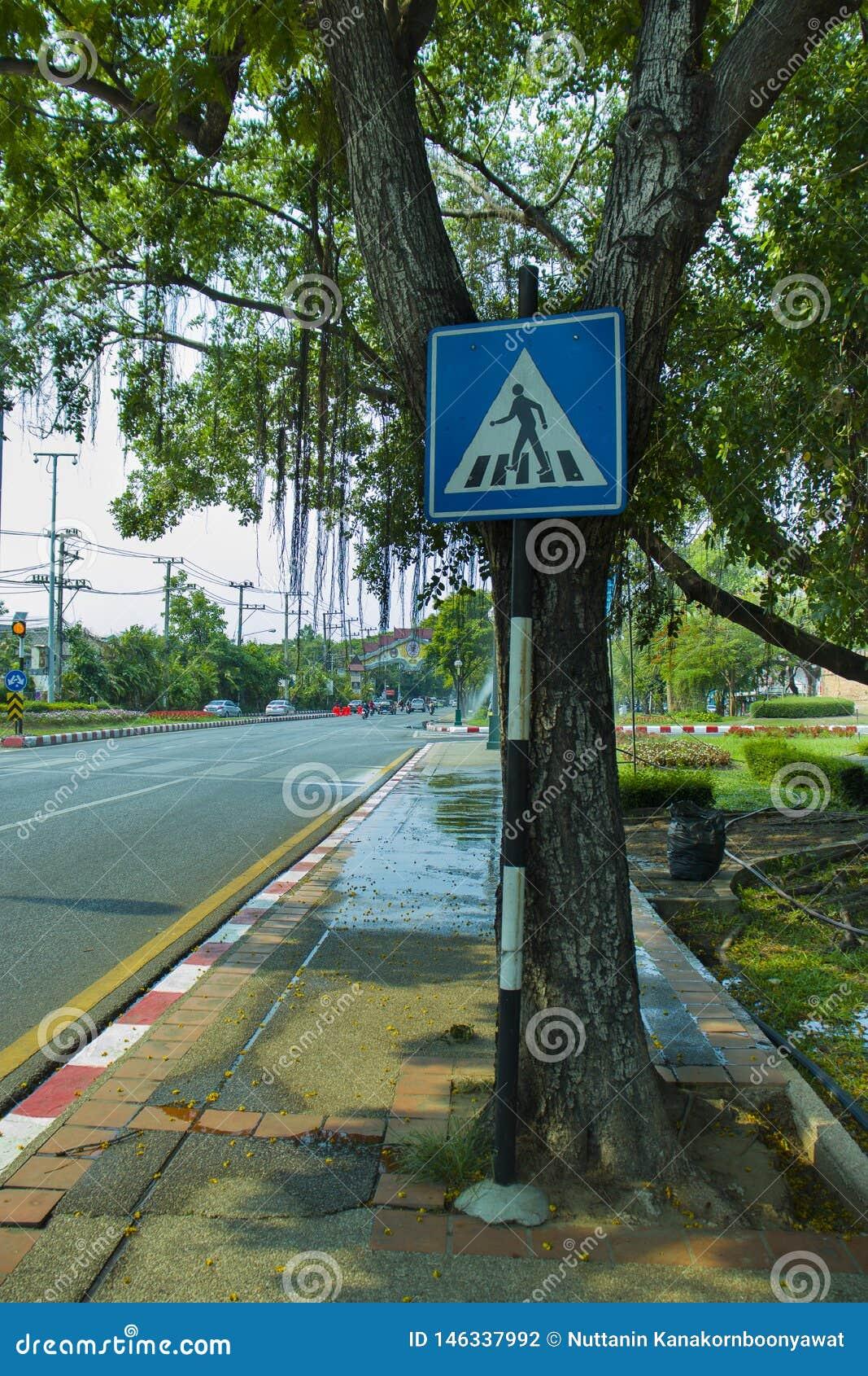 CHIANGMAI, 30,2019 THAILAND-APRIL: Verkeersteken in de oude stad van chiangmai