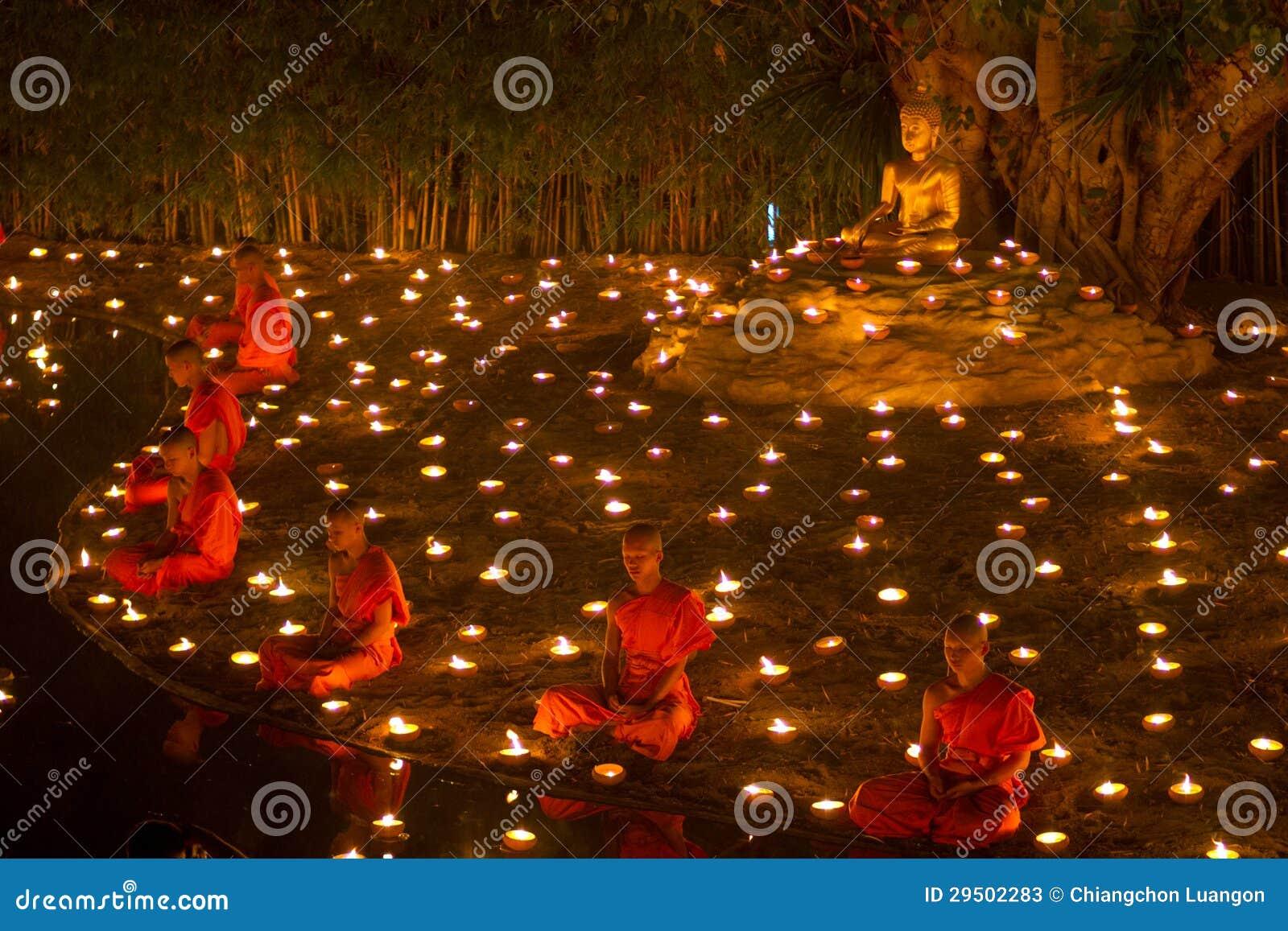 CHIANGMAI, THAILAND - FEBRUARI 25: Niet geïdentificeerde Thaise monnikenmedi