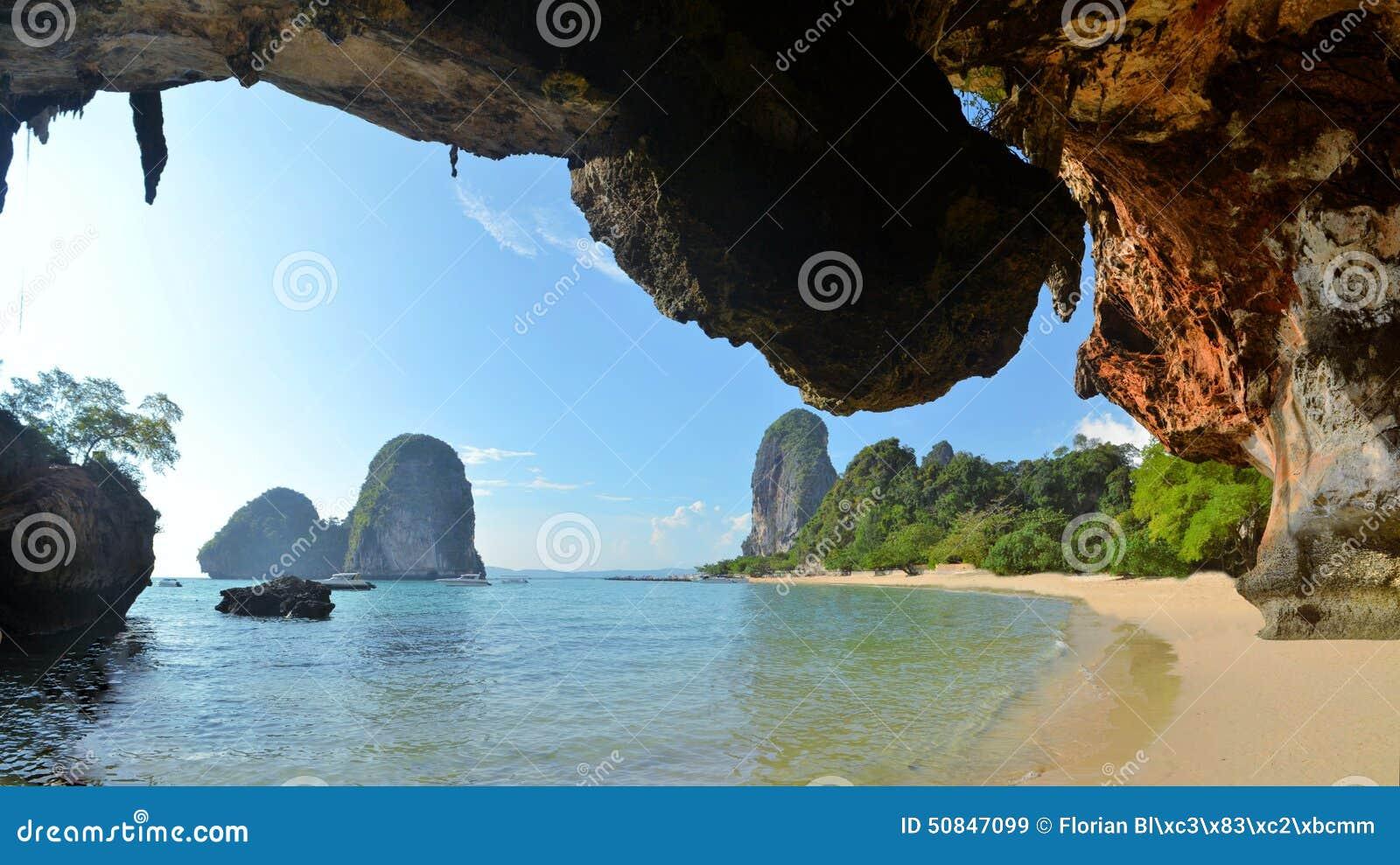 Chiara acqua cielo blu alla spiaggia della caverna krabi - Alla colorazione della spiaggia ...