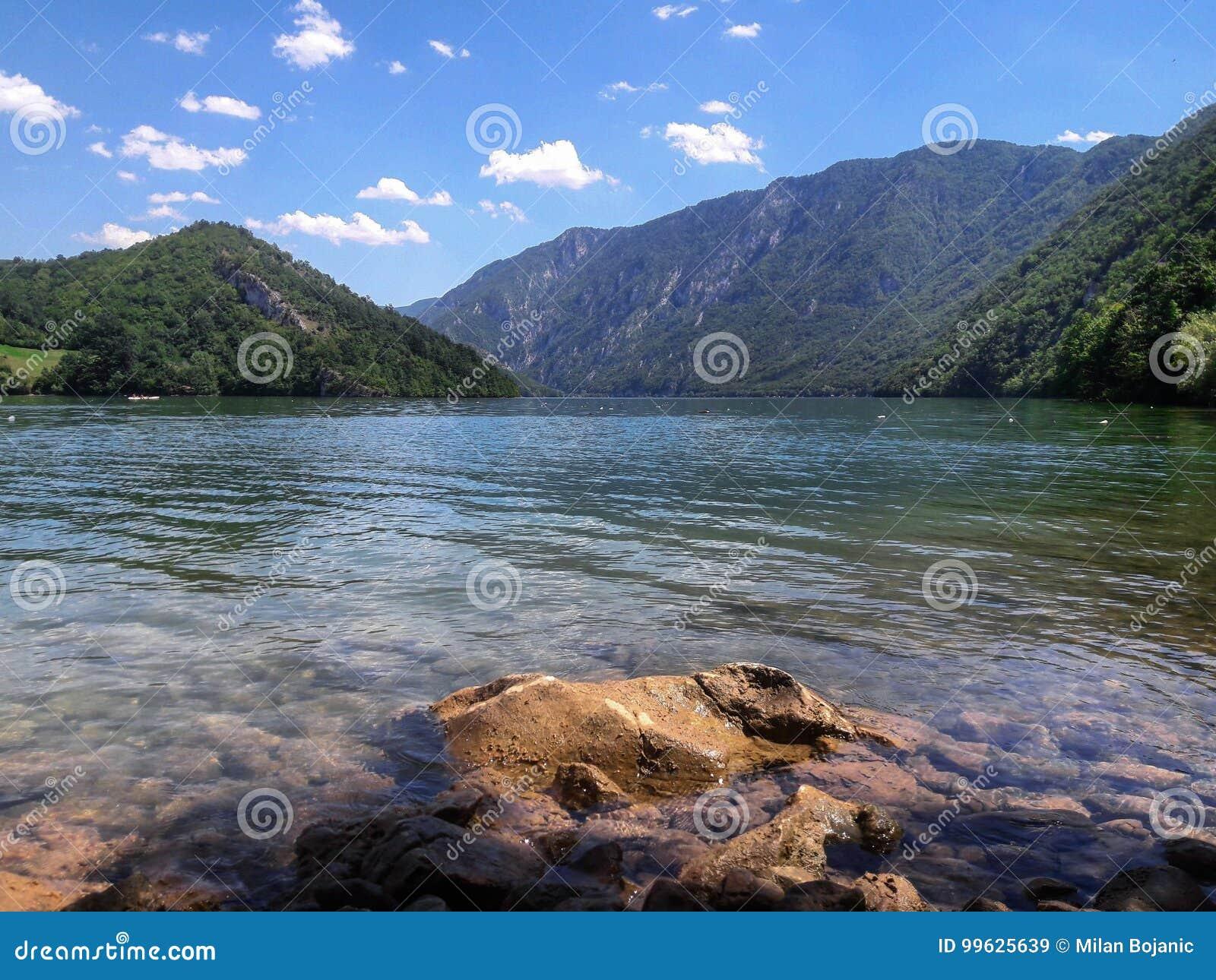 Chiari lago e montagne il giorno soleggiato