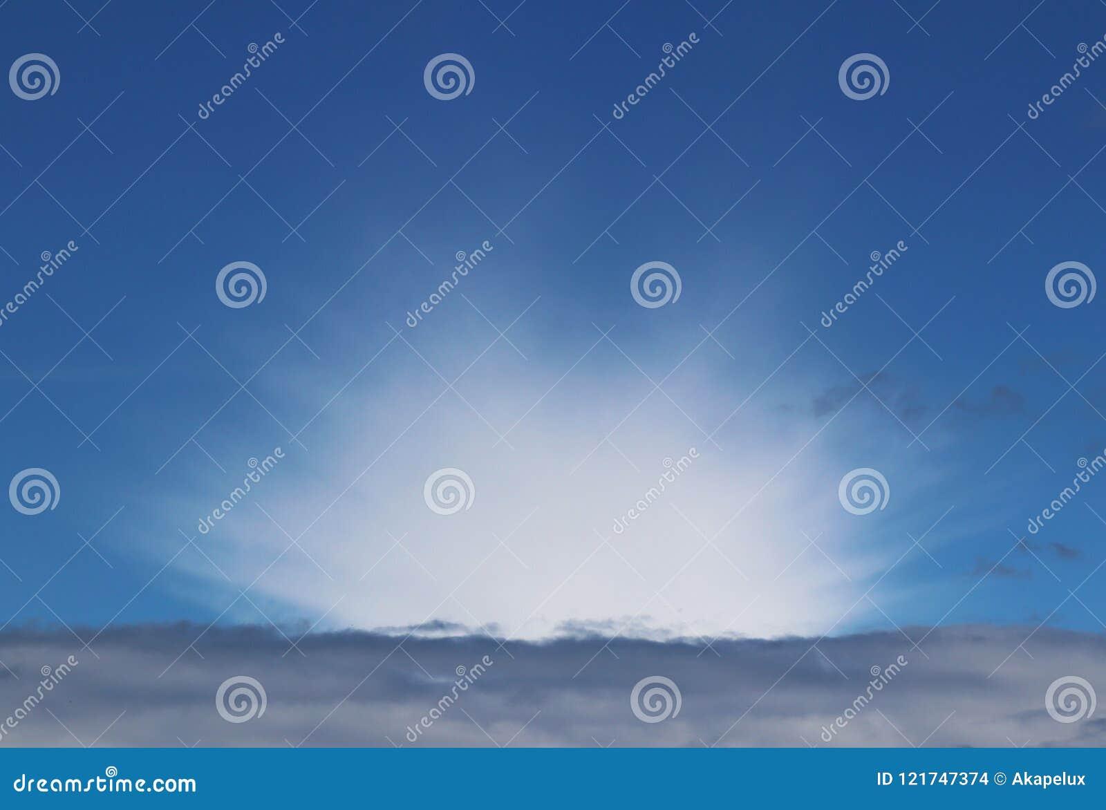Chiaro cielo blu con il cumulo ed i cirri tempo soleggiato Umore allegro Ad alta pressione Ecologia dell aria pulita Acqua in una