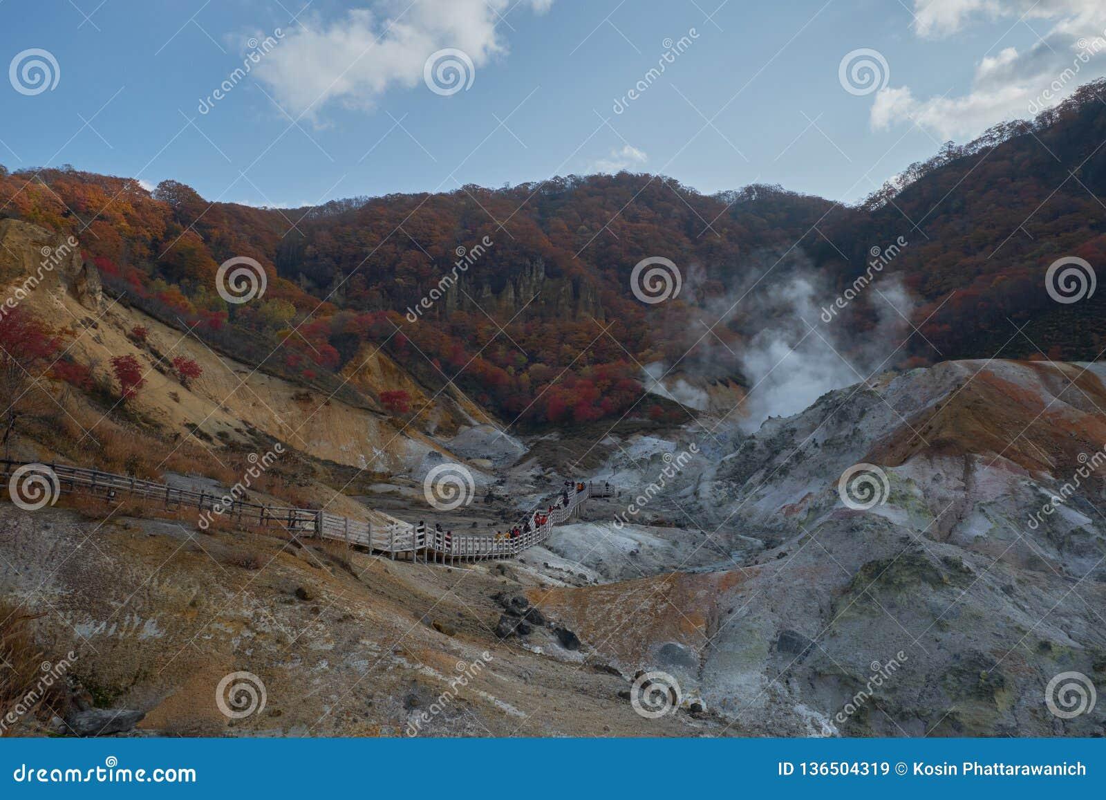 Chiaro gas dello zolfo e del cielo blu che cuoce a vapore fuori dalla terra a Noboribetsu Jigokudani o dalla valle dell inferno n