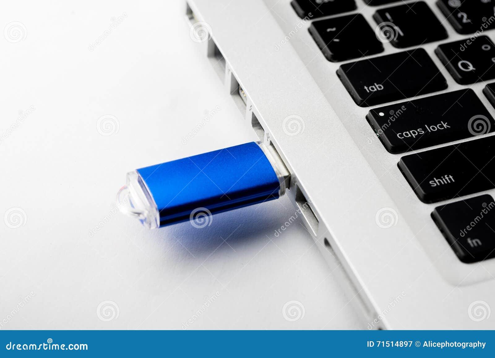 Chiavetta usb sulla tastiera del computer portatile del computer