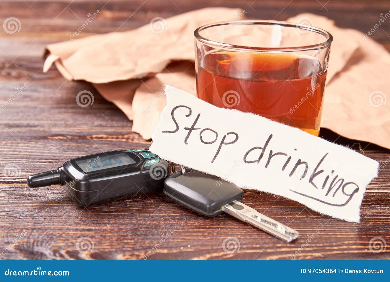 Chiavi dell automobile, messaggio, vetro di alcool