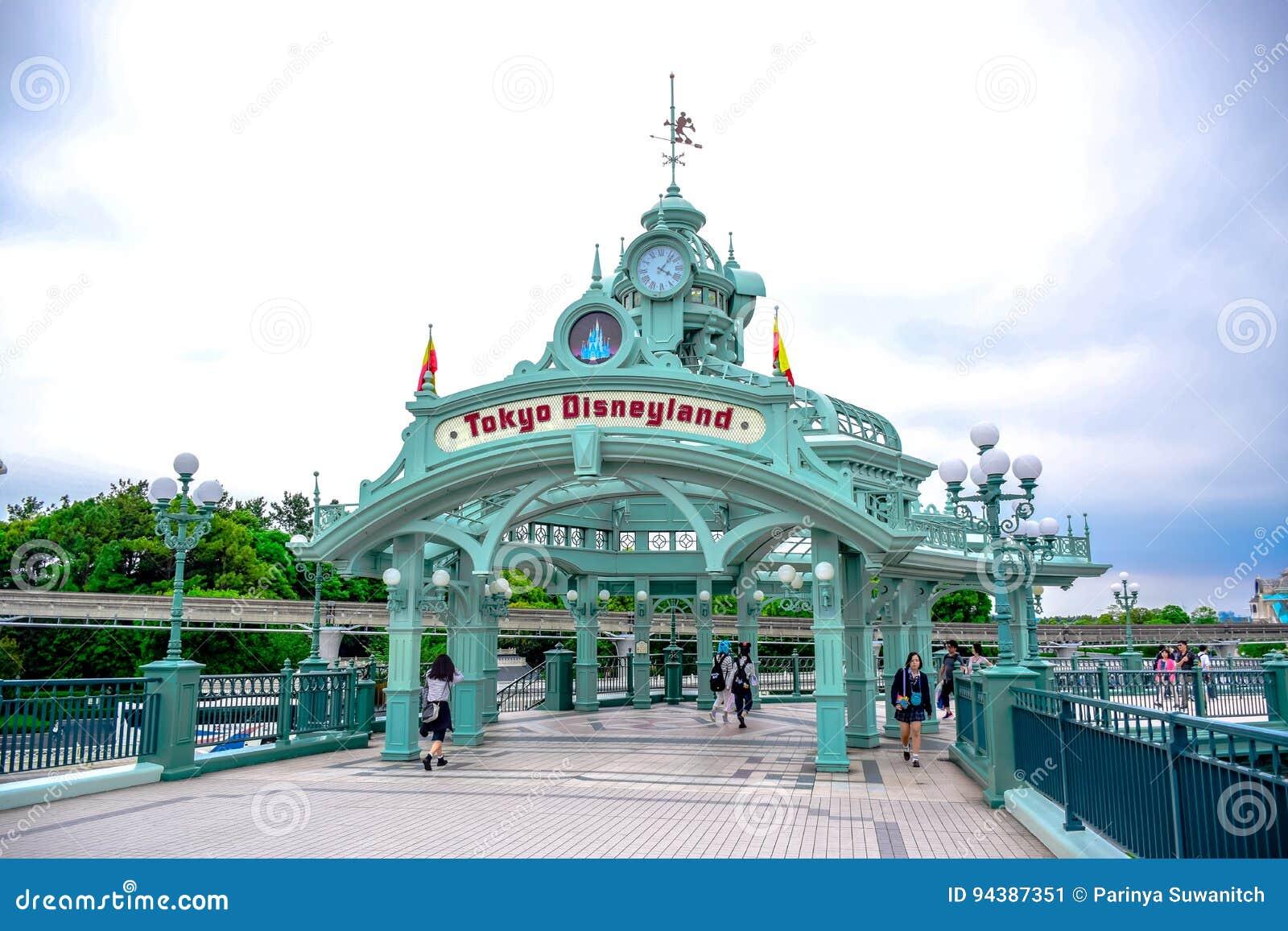 CHIBA, JAPAN: De boog van Tokyo Disneyland over de passagemanier leidt tot Tokyo Disneyland Resort in Urayasu, Chiba, Japan