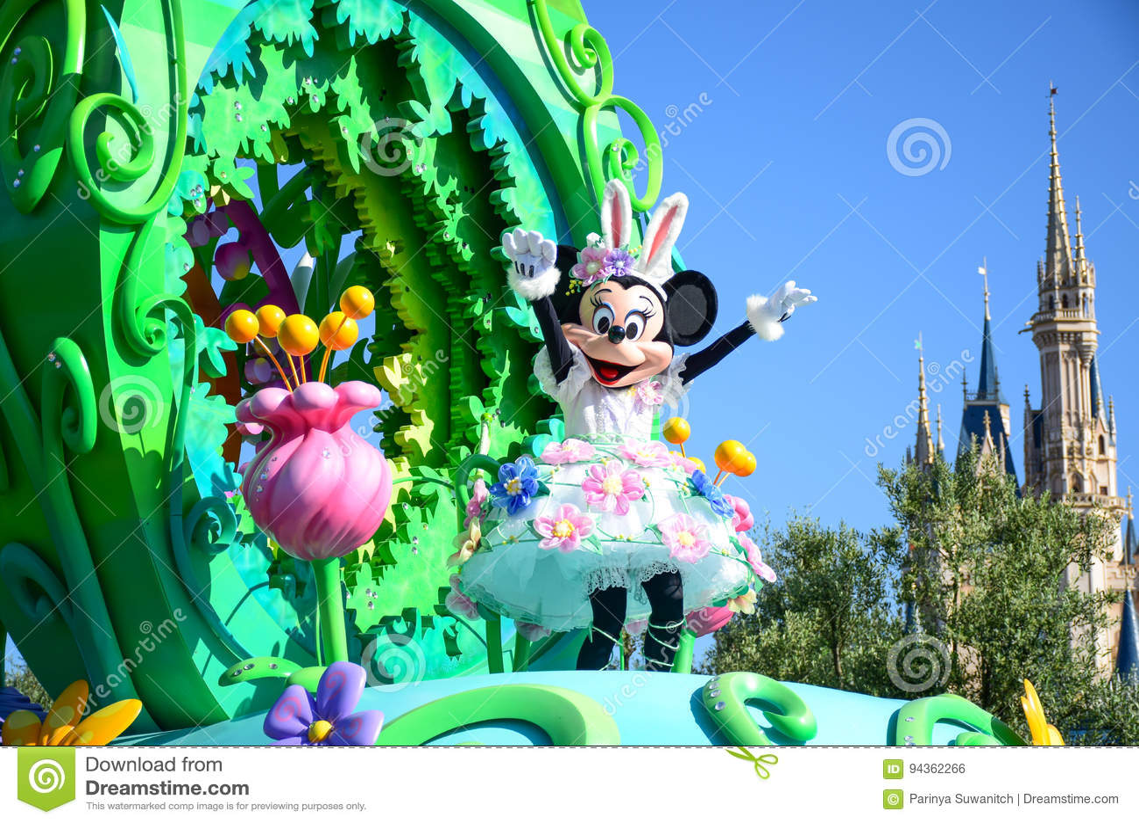 CHIBA JAPAN: Den Tokyo Disneyland easter dagen ståtar Urayasu, Japan