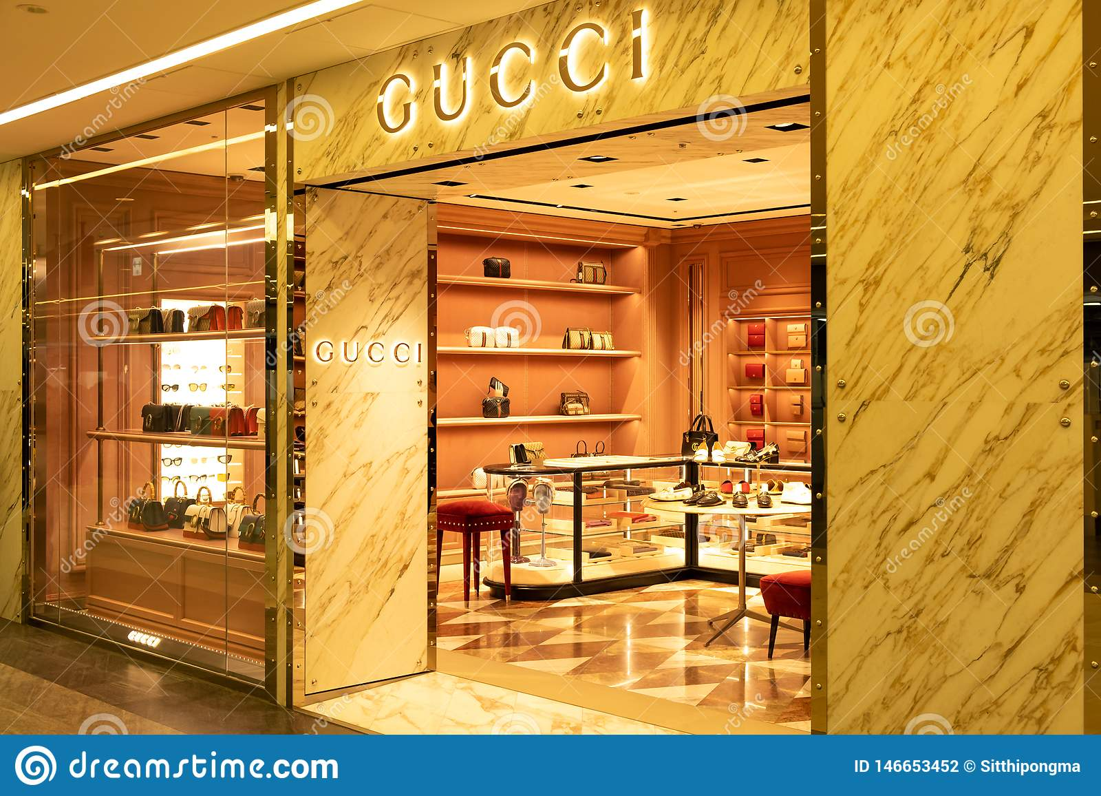 Chiba, Japan - Maart 24, 2019: Weergeven van de vooropslag van Gucci, een Italiaans luxemerk van manier en leergoederen, in Narit