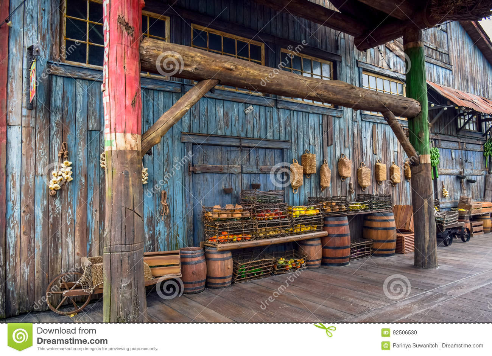 CHIBA, JAPAN - MAG, 2016: Vruchten in de mand in een oud oud dorp op Verloren Rivier Deltadiegebied in Tokyo Disneysea in Ur word