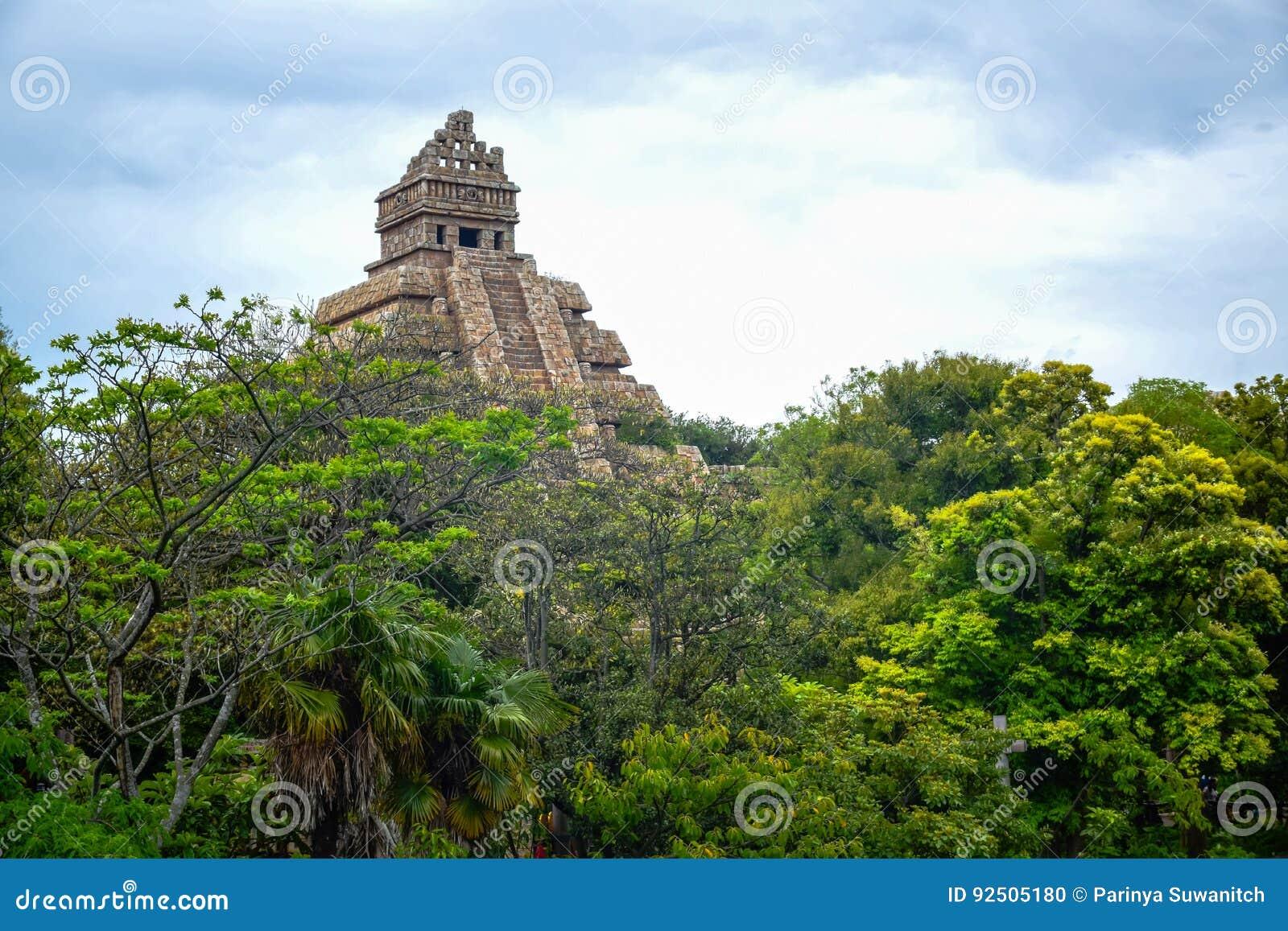 CHIBA, JAPON - MAI 2016 : Indiana Jones Adventure : Temple de l attraction de Crystal Skull dans la région perdue de delta de riv