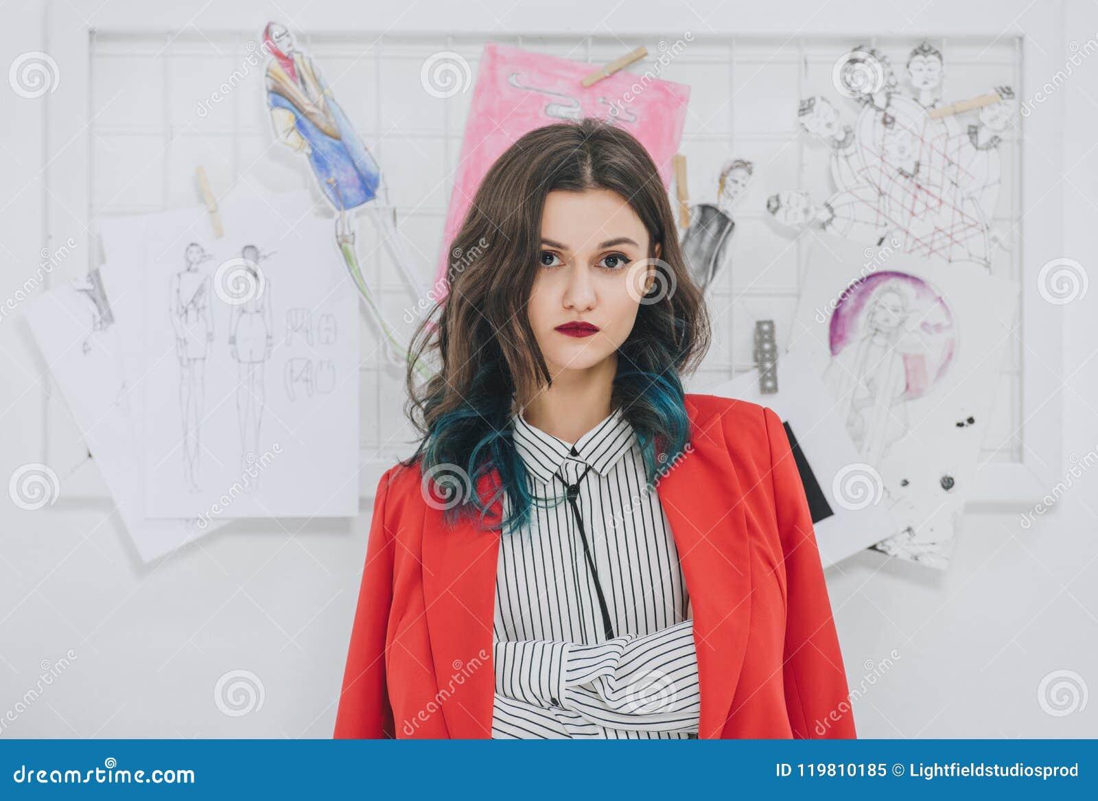 Chica joven atractiva en la colocación elegante de la ropa
