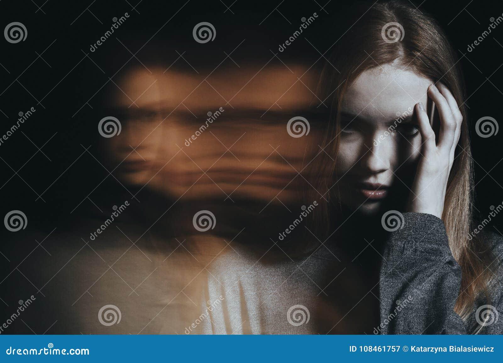 Chica joven con alucinaciones
