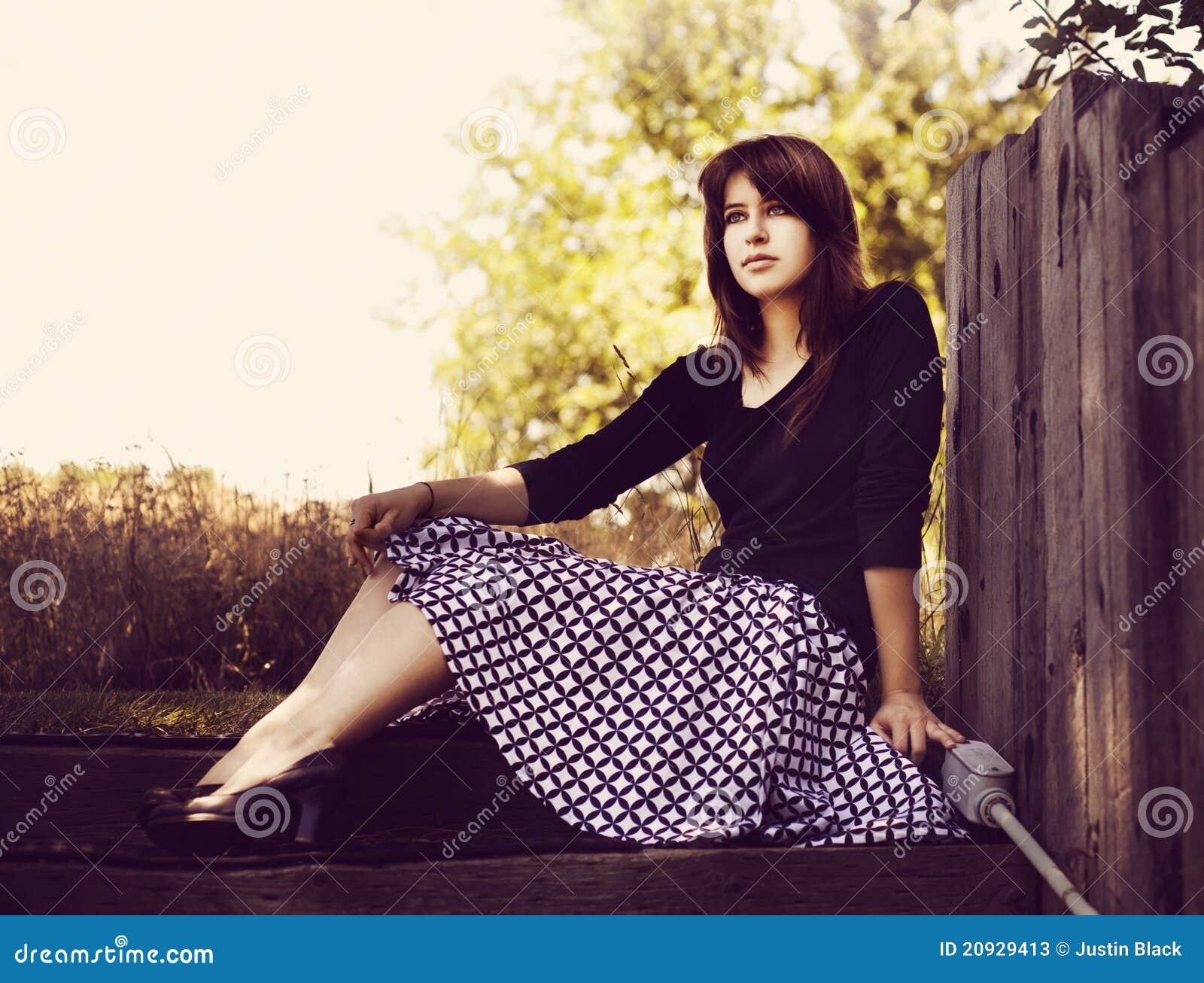 Chica joven con la falda retra