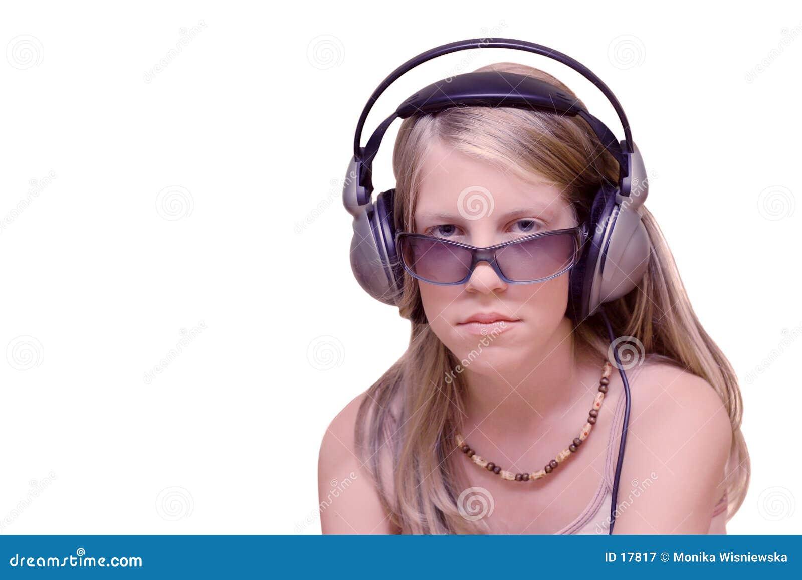 Chica joven con los auriculares