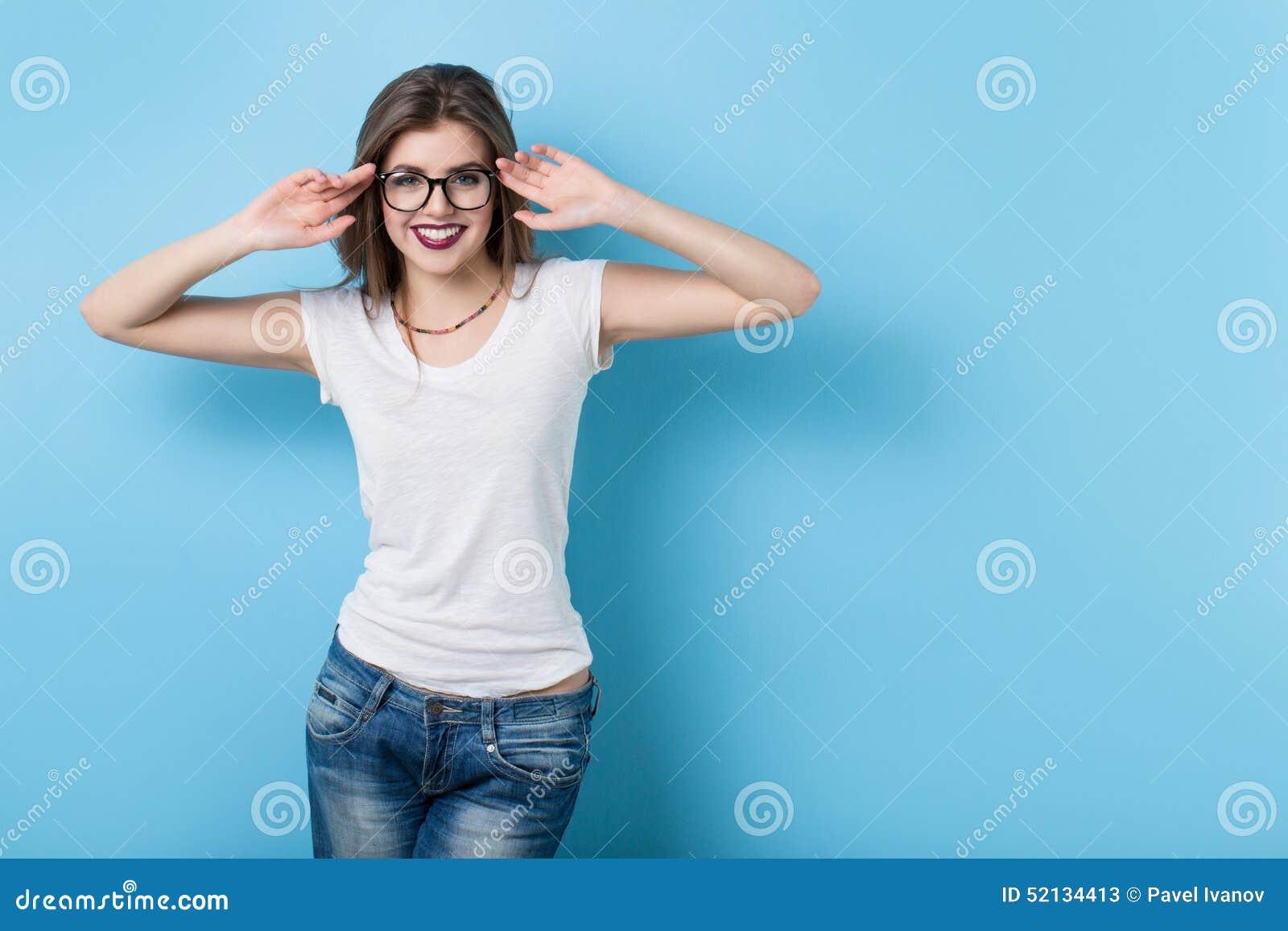Chica joven con los vidrios en un estilo moderno