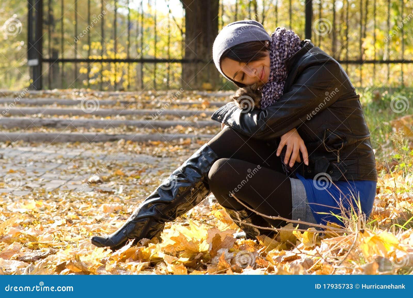 Chica joven con un gatito al aire libre
