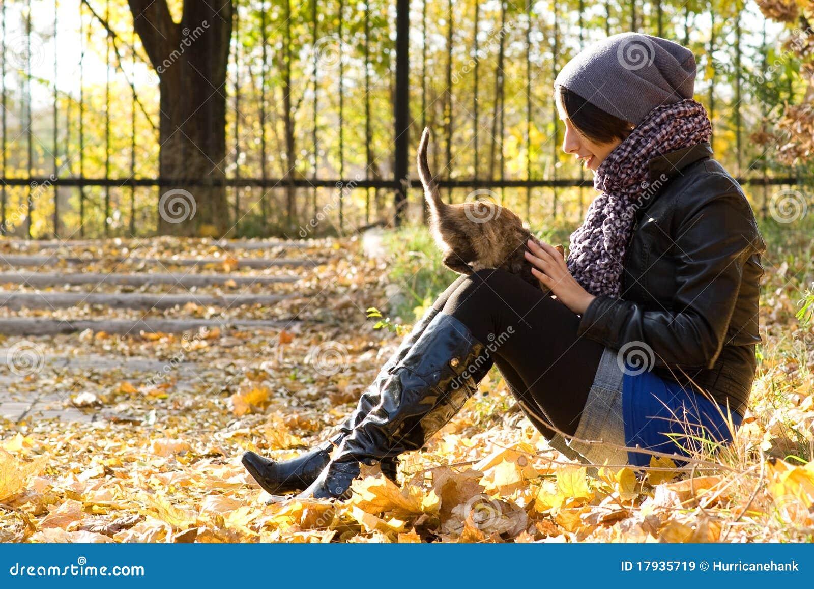 Chica joven con un gato al aire libre