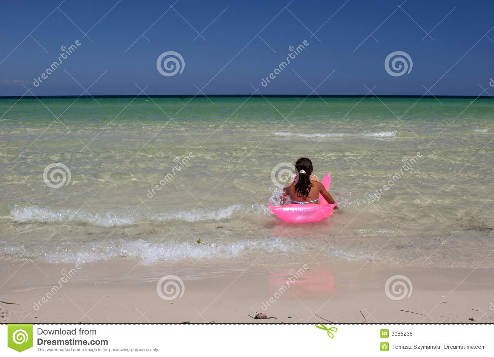 Chica joven en aire-cama rosada adentro