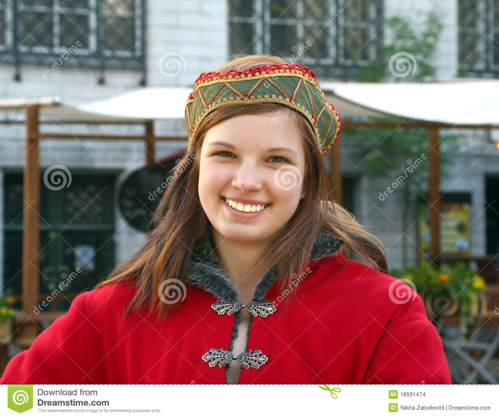 Chica joven en alineada medieval en Tallinn